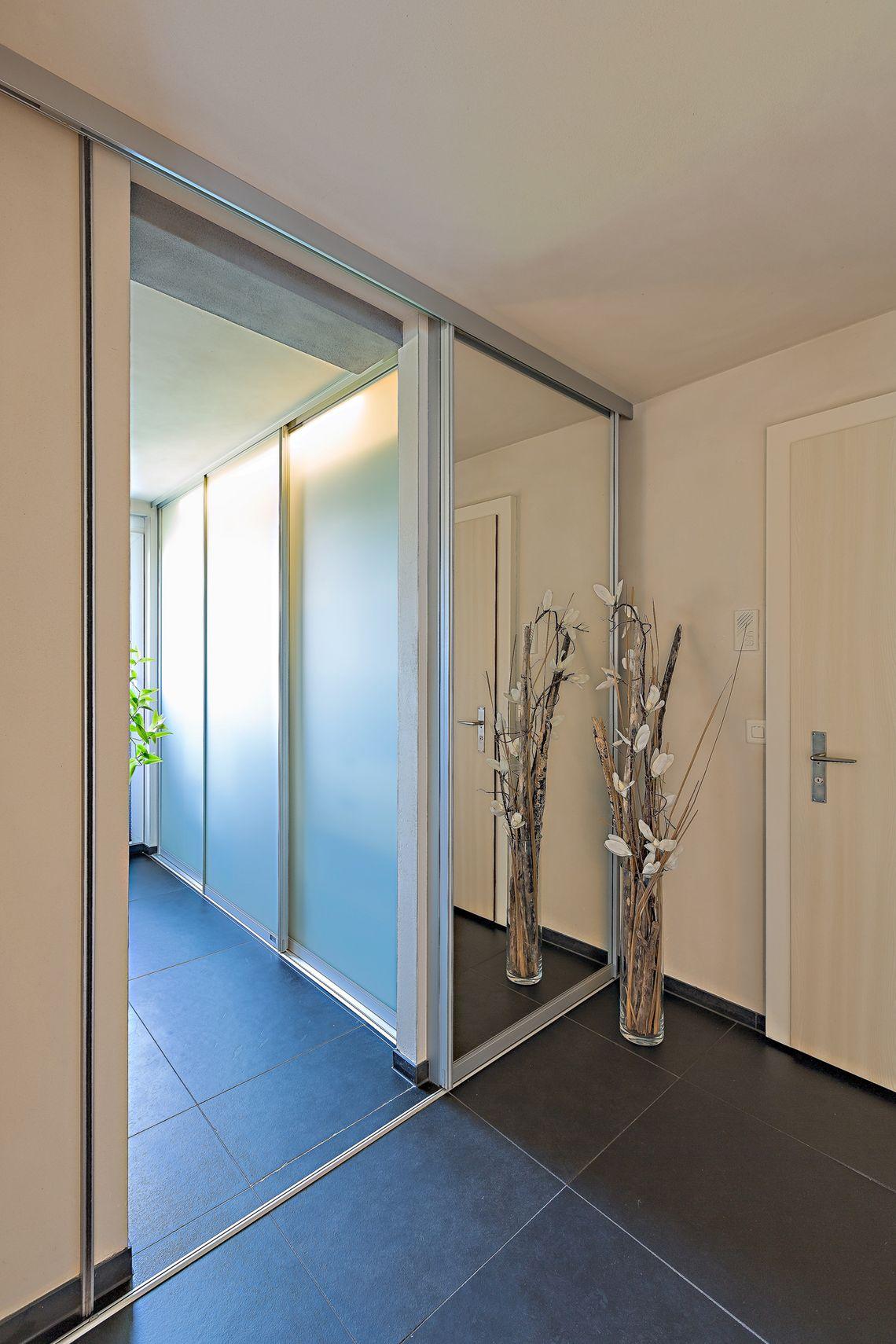 Schiebetüre in grossflächigem Spiegel als Eingang ins Bad ...