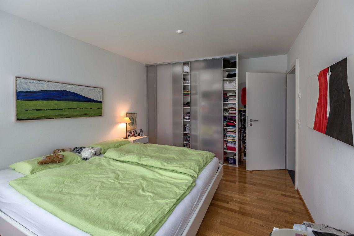 schlafzimmerschrank mit schiebet ren in transparentem gla. Black Bedroom Furniture Sets. Home Design Ideas
