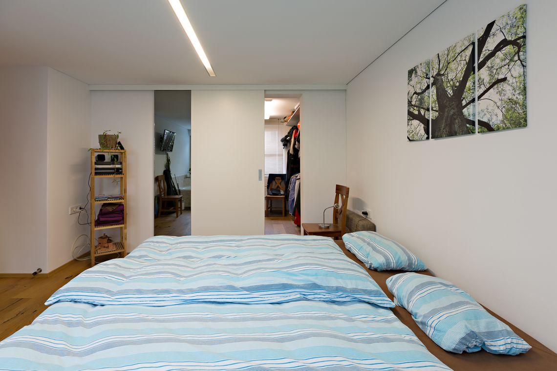 Ankleideraum neben dem Eltern-Schlafzimmer | AUF&ZU