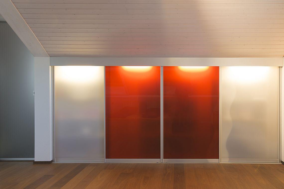 Dachschragenschrank Mit Innenbeleuchtung Und Transparente Auf Zu