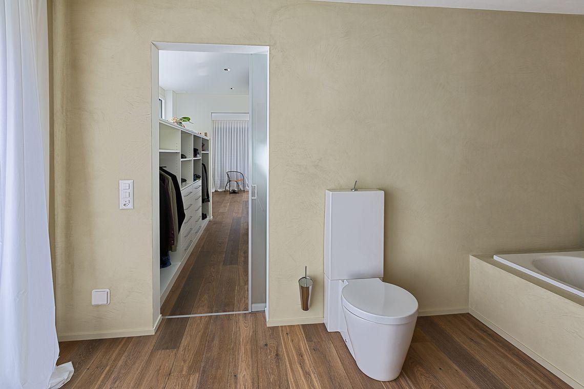 Lichtdurchlässige Schiebetüre als Eingang in die Toilette | AUF&ZU