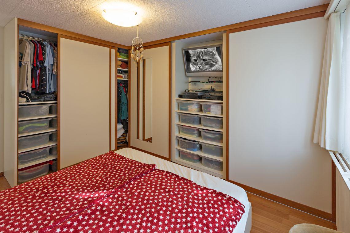Einbaueckschrank Mit Holzrahmenturen Im Schlafzimmer Auf Zu