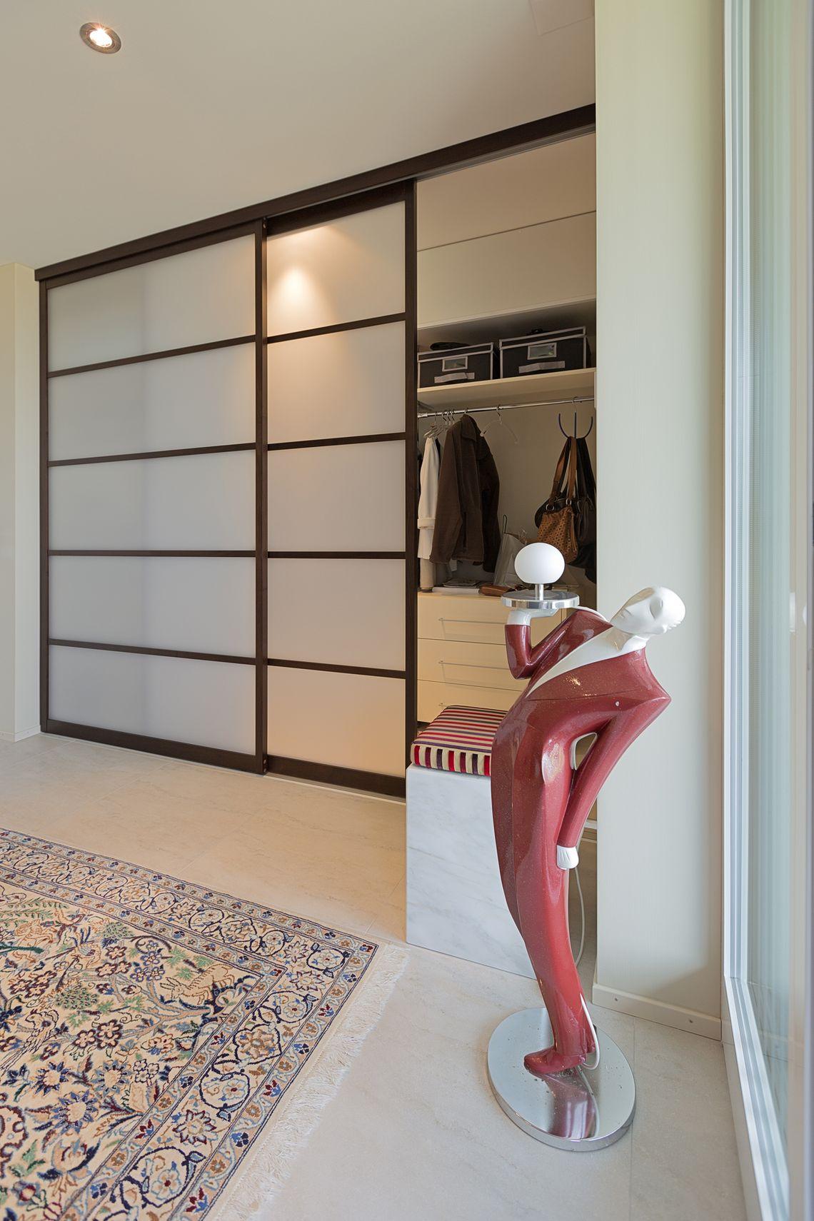einbau schiebet renschrank im eingang aus holz und glas. Black Bedroom Furniture Sets. Home Design Ideas