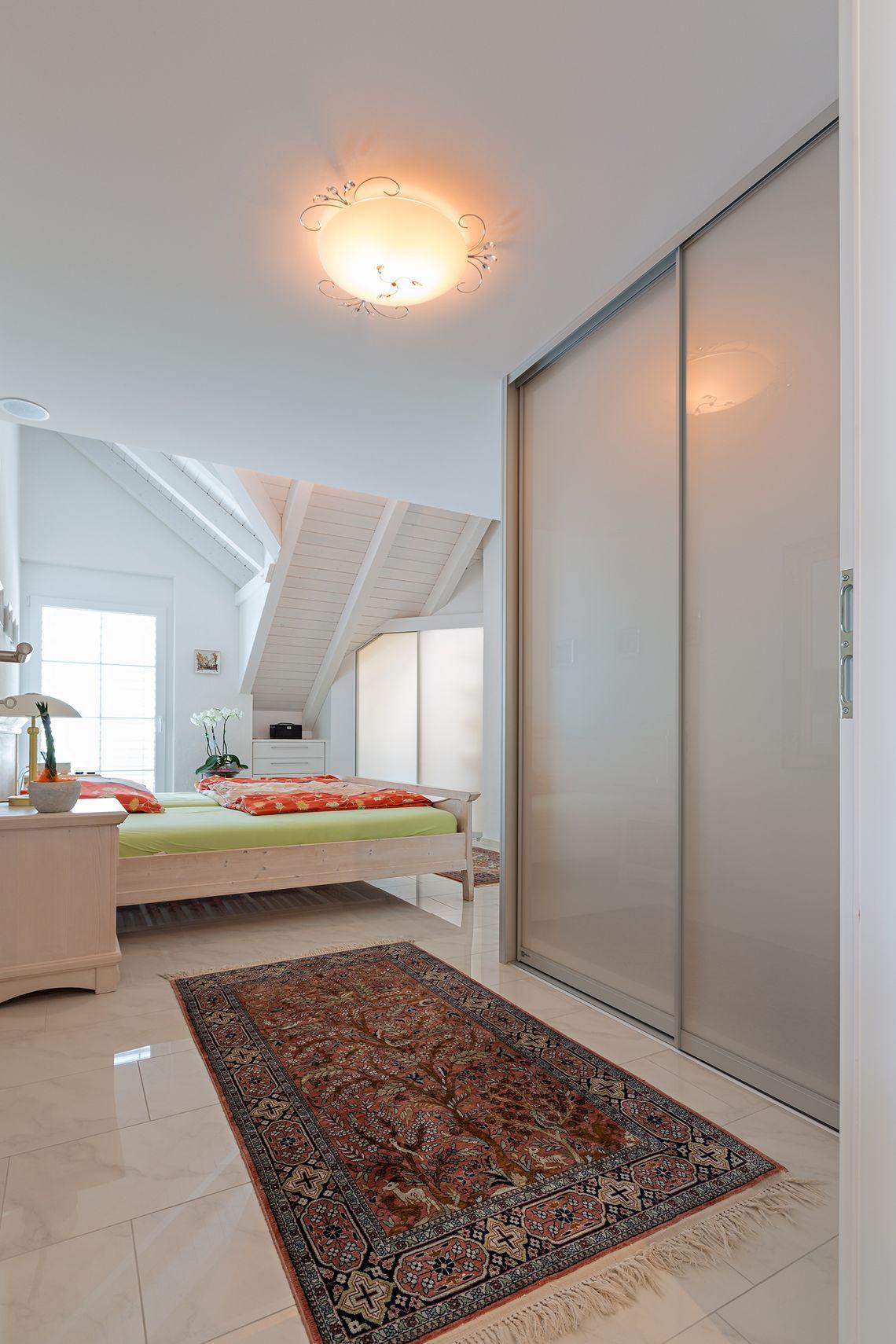 einbauschrank mit schiebet ren im schlafzimmer auf zu. Black Bedroom Furniture Sets. Home Design Ideas