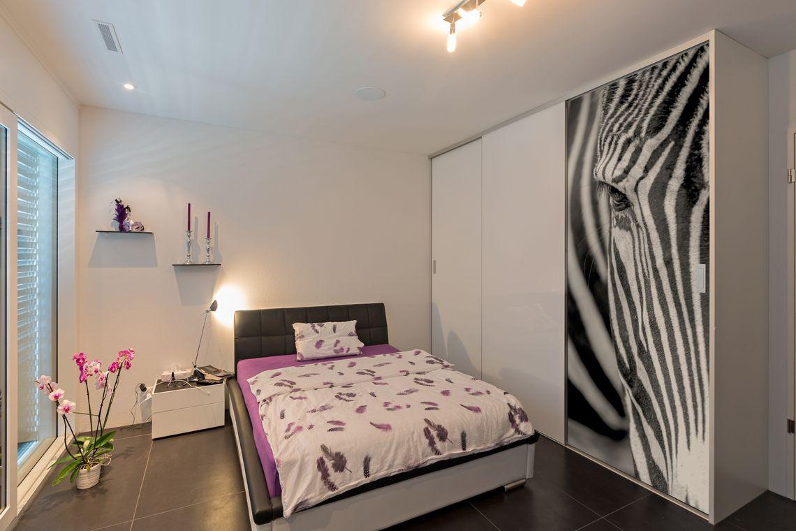 schiebet renschrank mit zebrakopf im digitaldruck auf zu. Black Bedroom Furniture Sets. Home Design Ideas