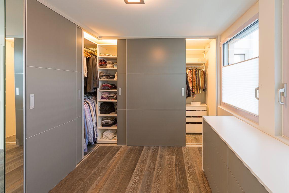 ankleide im vorzimmer ber eck und in doppelter tiefe auf zu. Black Bedroom Furniture Sets. Home Design Ideas