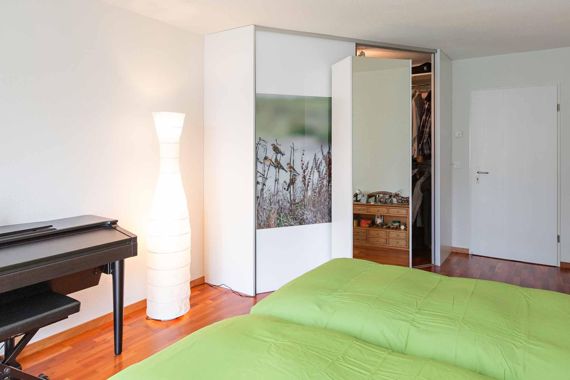 schrank ber eck mit drehregal und motivdruck auf den schiebet ren auf zu. Black Bedroom Furniture Sets. Home Design Ideas