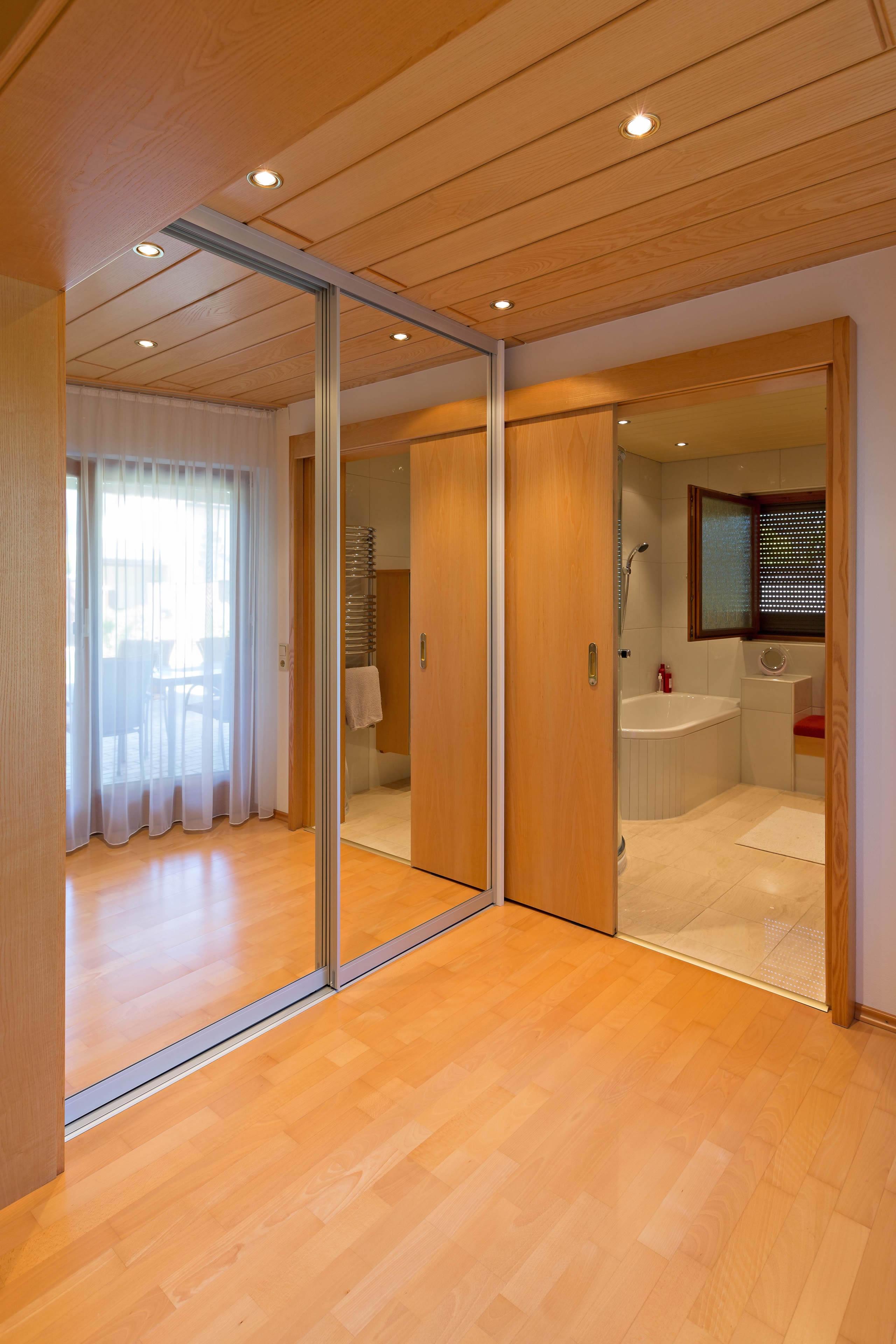 spiegelschrank im durchgang vom schlafzimmer ins badezimmer auf zu. Black Bedroom Furniture Sets. Home Design Ideas