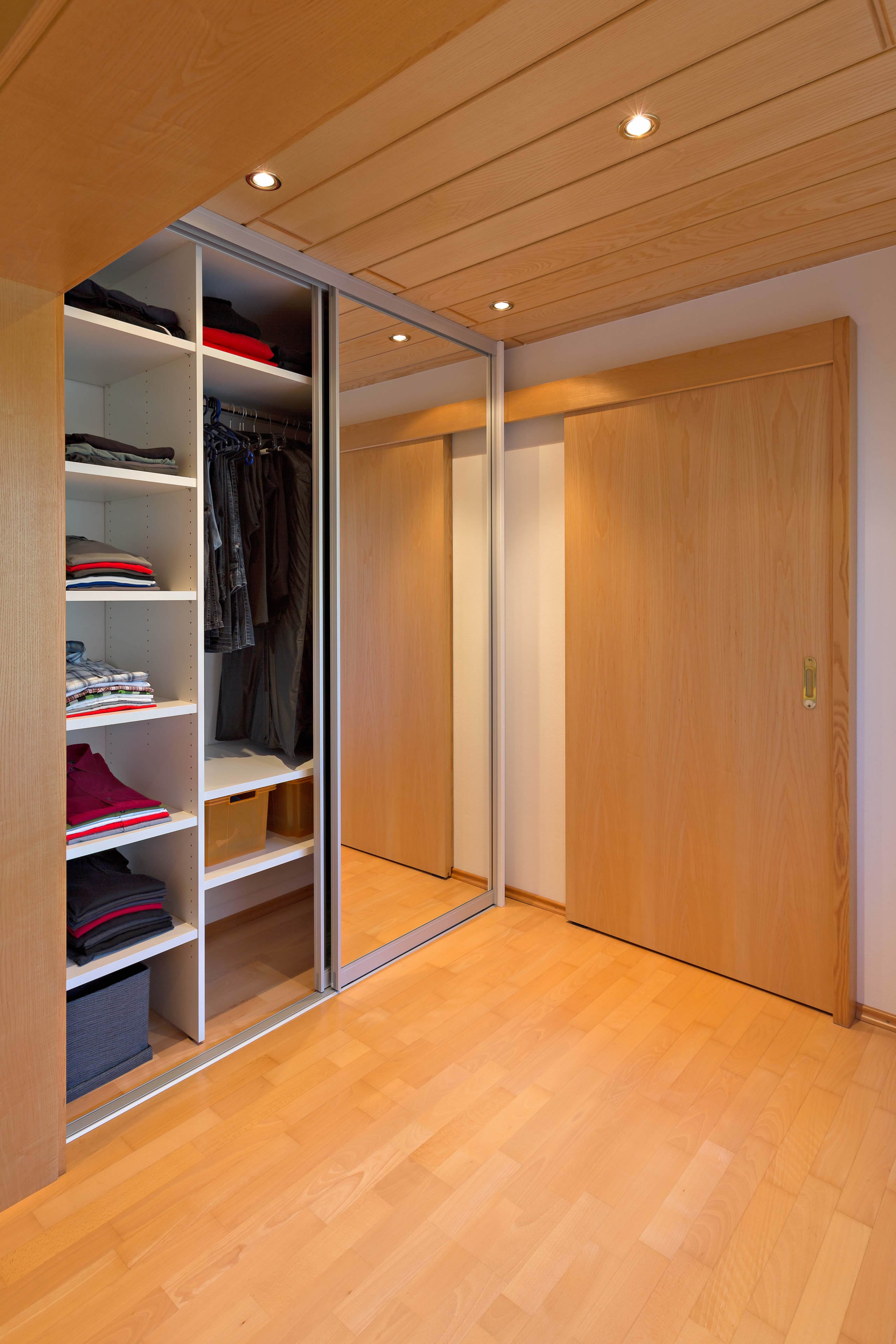 spiegelschrank im durchgang vom schlafzimmer ins. Black Bedroom Furniture Sets. Home Design Ideas