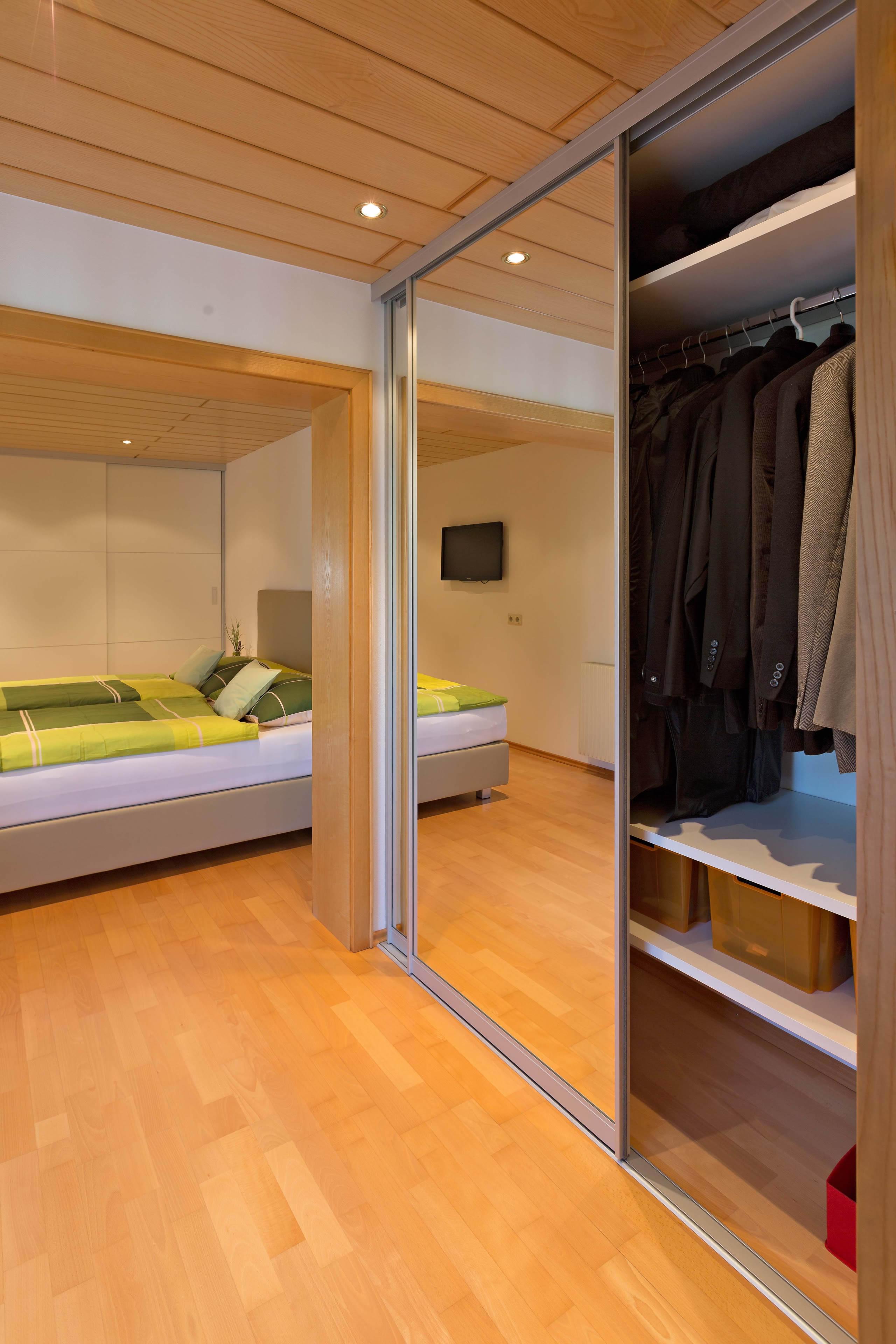 Spiegelschrank im Durchgang vom Schlafzimmer ins Badezimmer   AUF&ZU