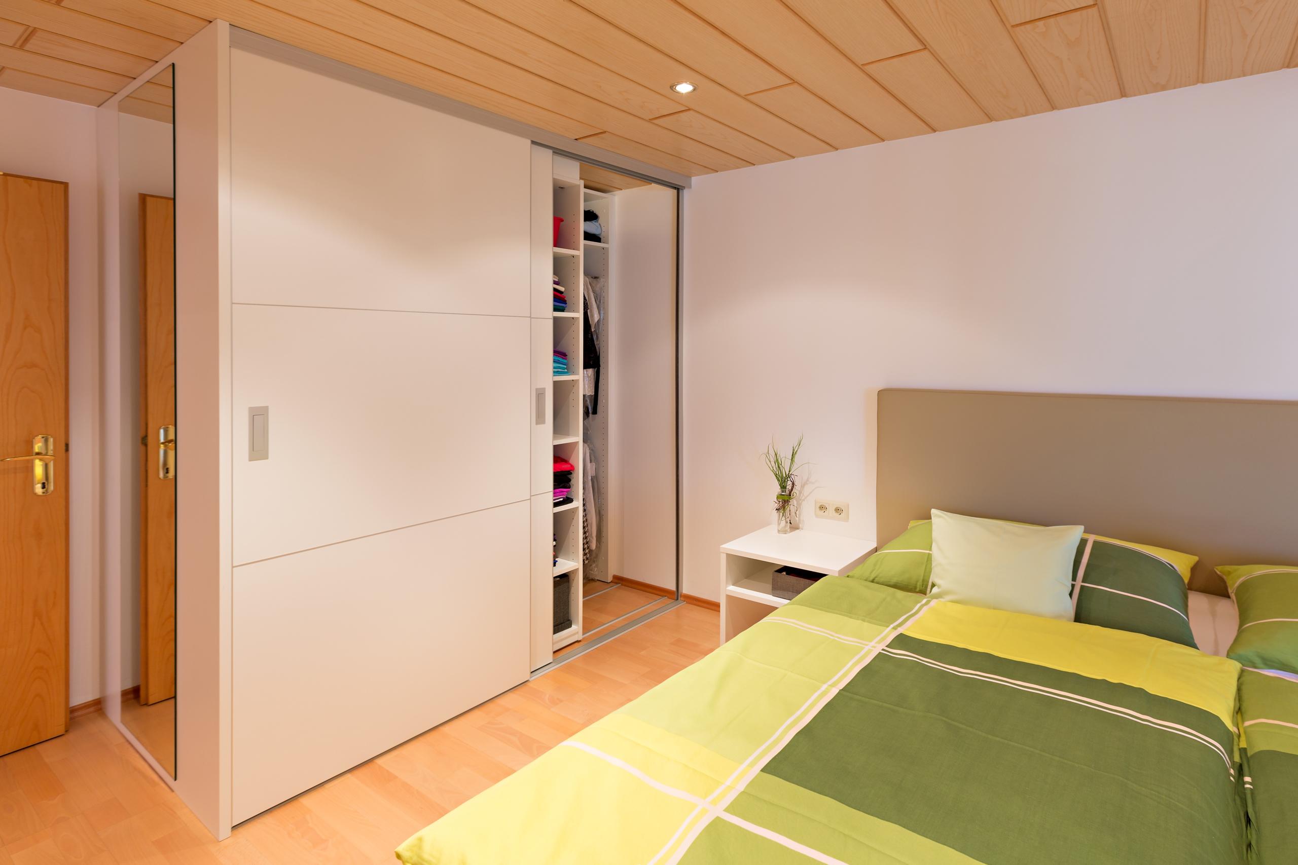 Raumhohe schieberegale im begehbaren schlafzimmerschrank for Schlafzimmerschrank tiefe