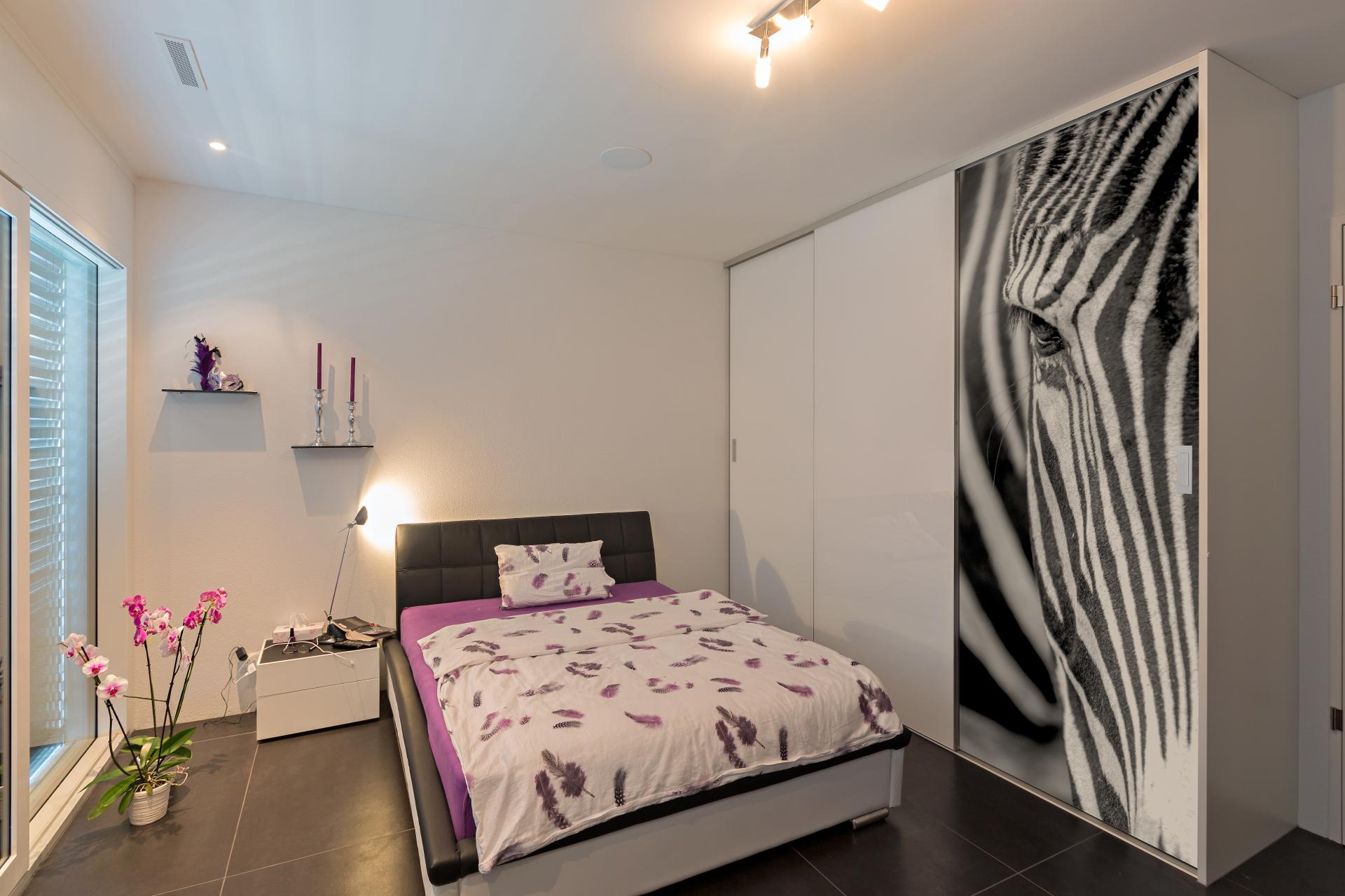 schiebet renschrank mit grossfl chigem zebrakopf im digitaldruck auf zu. Black Bedroom Furniture Sets. Home Design Ideas
