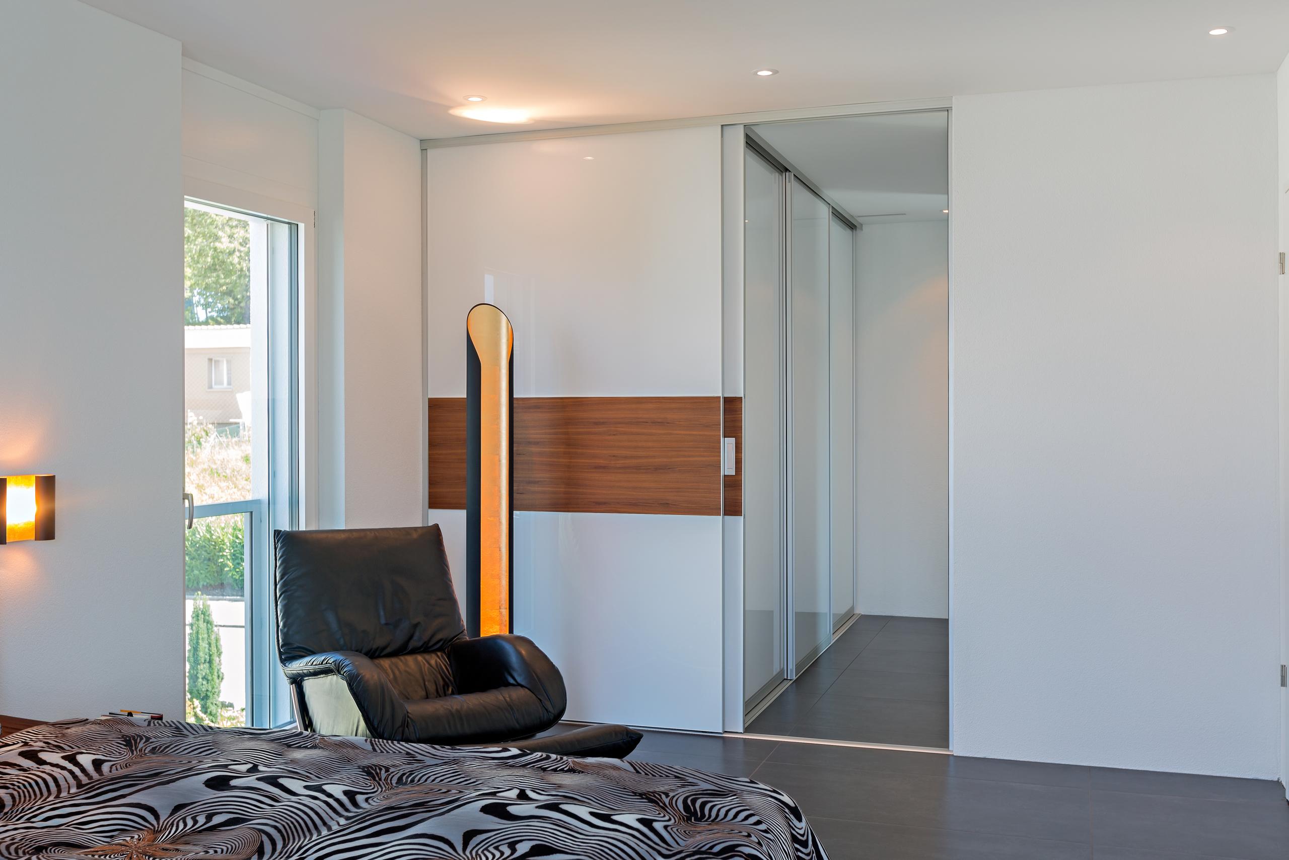 kombination von raumteiler und schrank in zwei ebenen auf zu. Black Bedroom Furniture Sets. Home Design Ideas