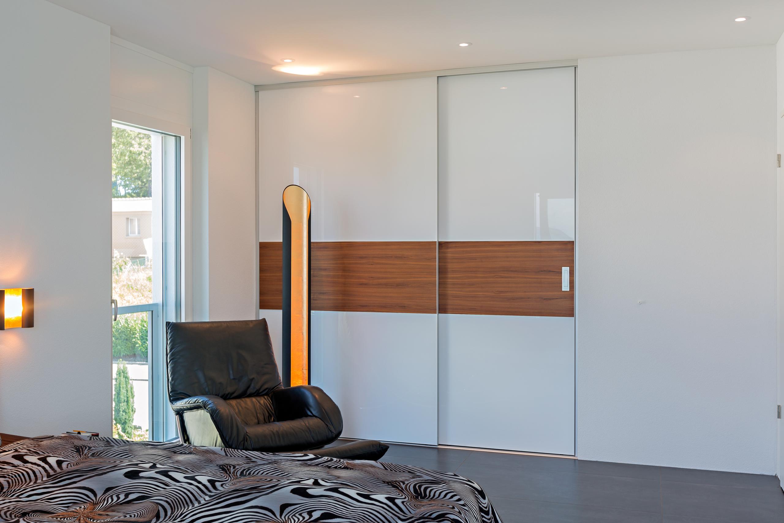Kombination von Raumteiler und Schrank in zwei Ebenen | AUF&ZU