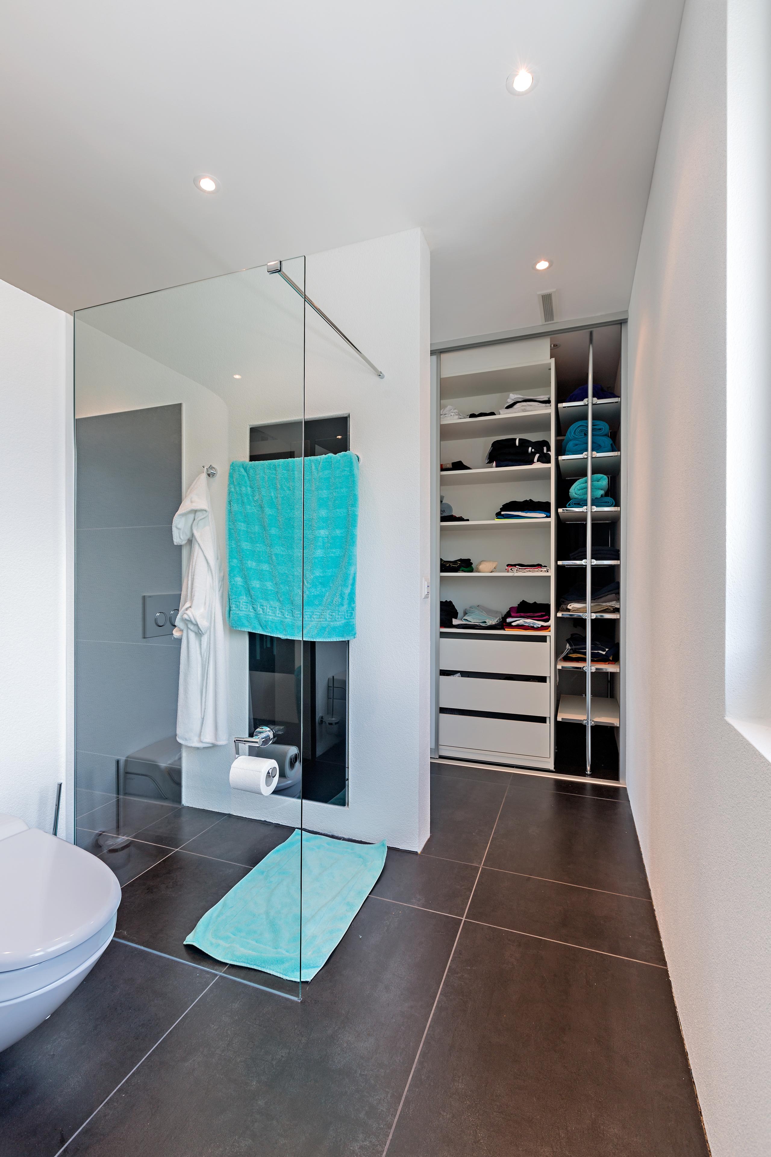 Begehbarer Kleiderschrank neben dem Bad mit Schiebeelementen   AUF&ZU