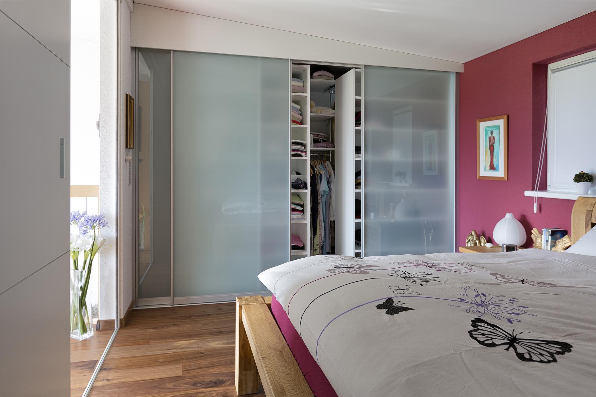 schiebet renschrank mit schieberegalen f r doppelte tiefennutzung auf zu. Black Bedroom Furniture Sets. Home Design Ideas