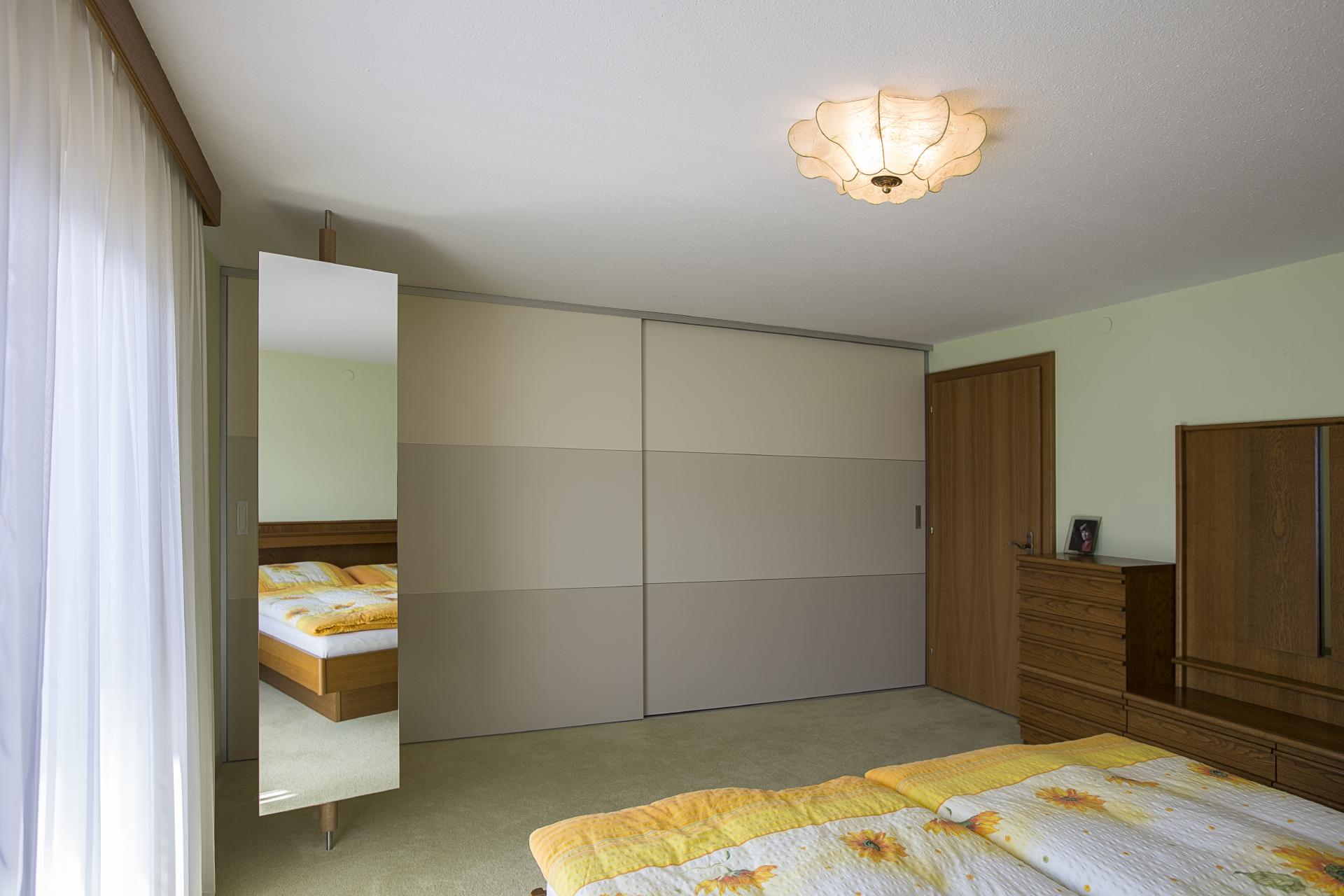 berbreite schiebet ren mit materialwechsel in graut nen. Black Bedroom Furniture Sets. Home Design Ideas