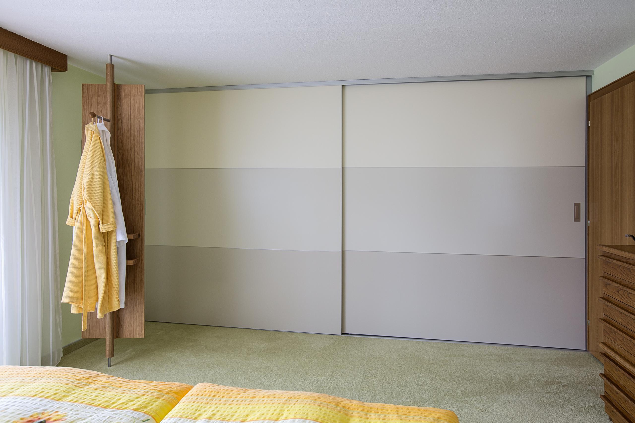 berbreite schiebet ren mit materialwechsel in graut nen auf zu. Black Bedroom Furniture Sets. Home Design Ideas