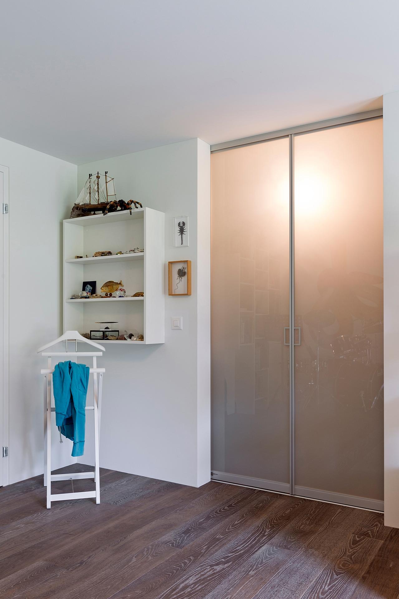begehbarer kleiderschrank im jugendzimmer auf zu. Black Bedroom Furniture Sets. Home Design Ideas