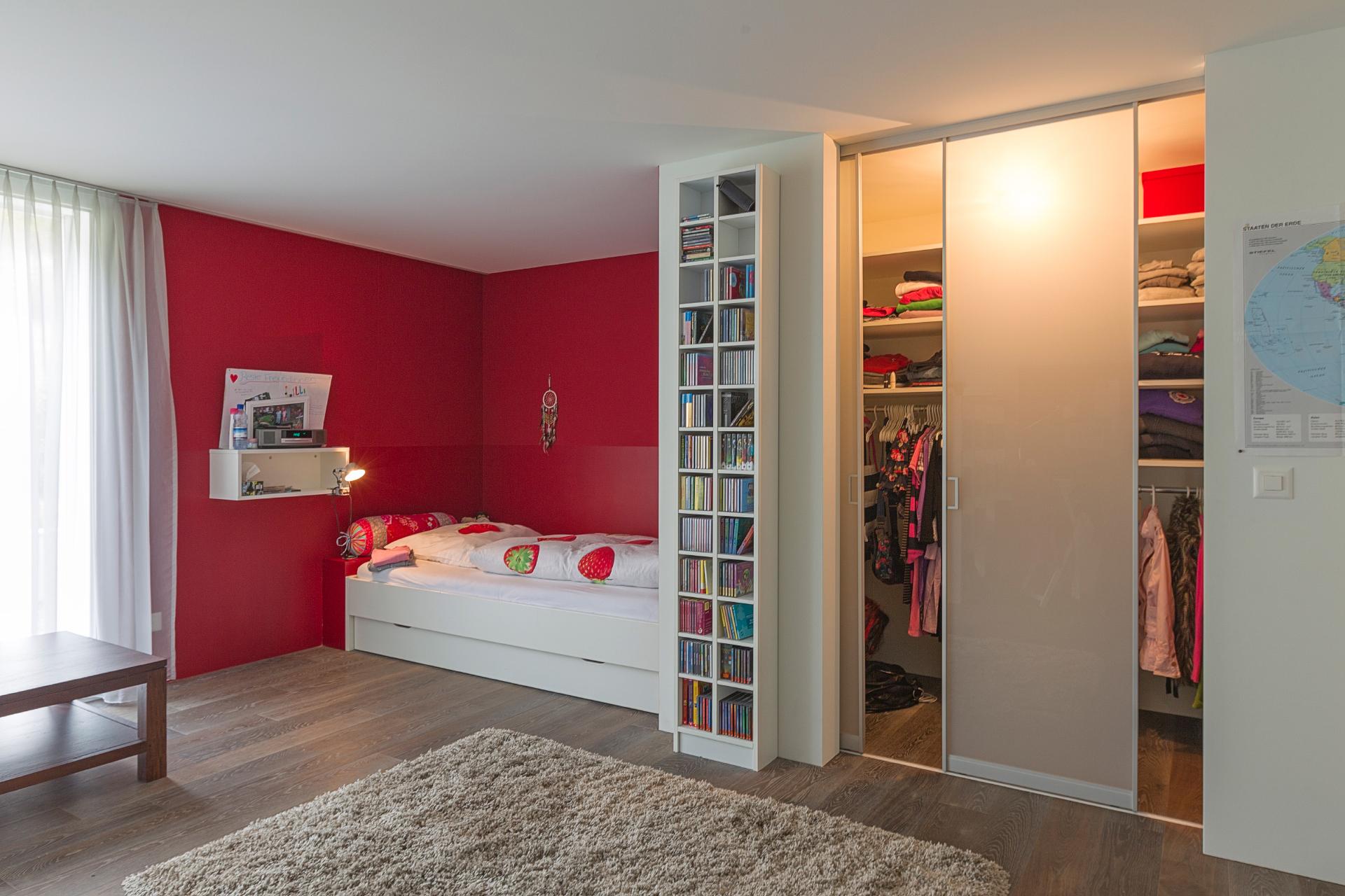 begehbarer kleiderschrank mit innenlicht im m dchenzimmer auf zu. Black Bedroom Furniture Sets. Home Design Ideas