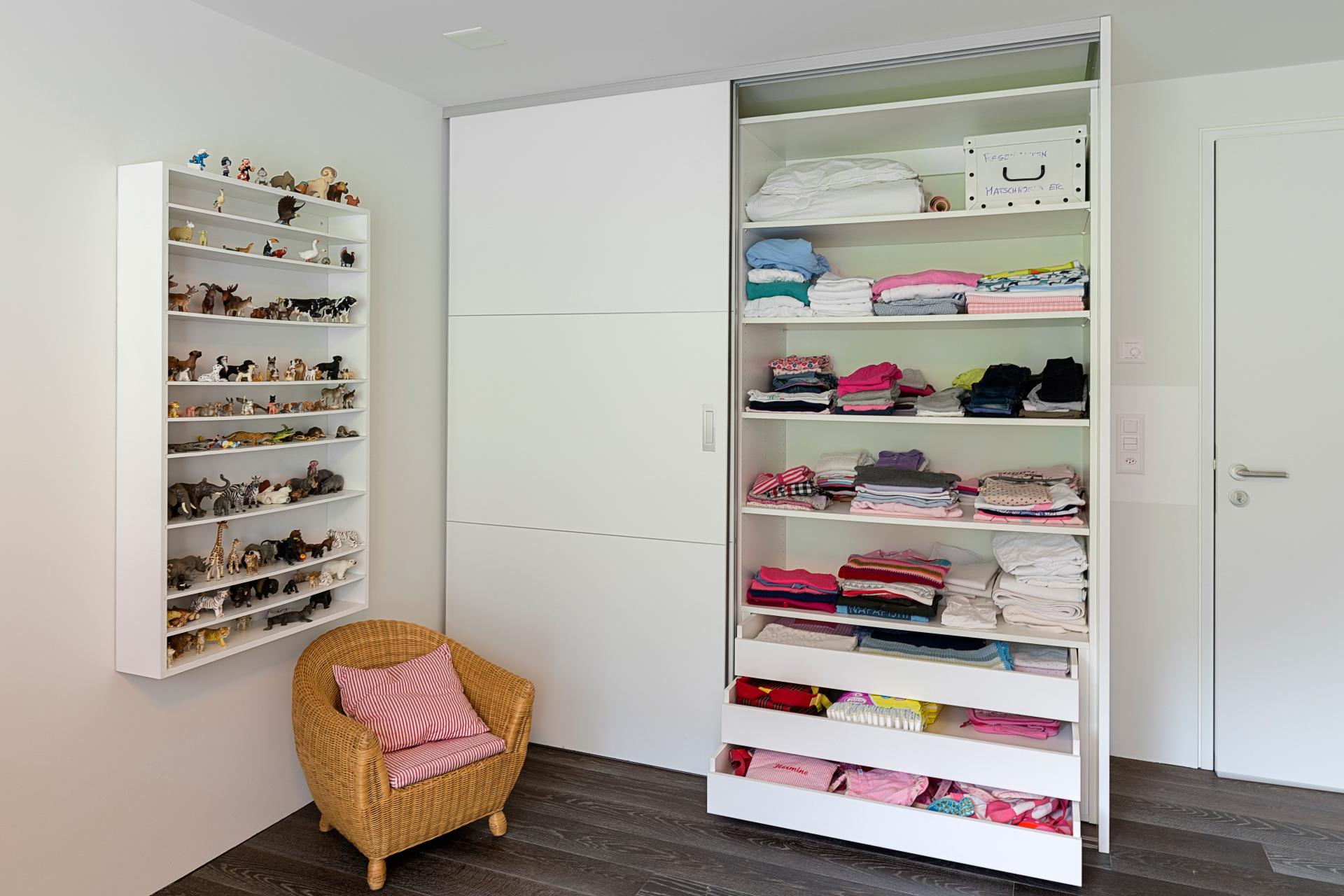 rahmenlose schiebet ren mit quersprossen im kinderzimmer auf zu. Black Bedroom Furniture Sets. Home Design Ideas