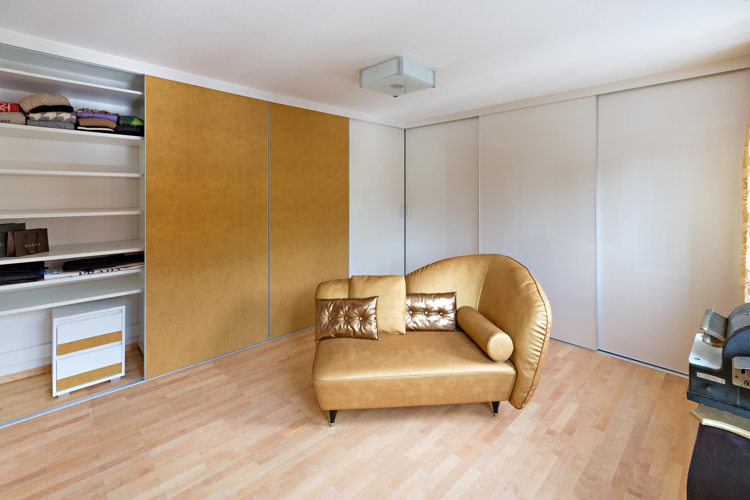 ankleideraum mit kleiderschr nken ber eck auf zu. Black Bedroom Furniture Sets. Home Design Ideas