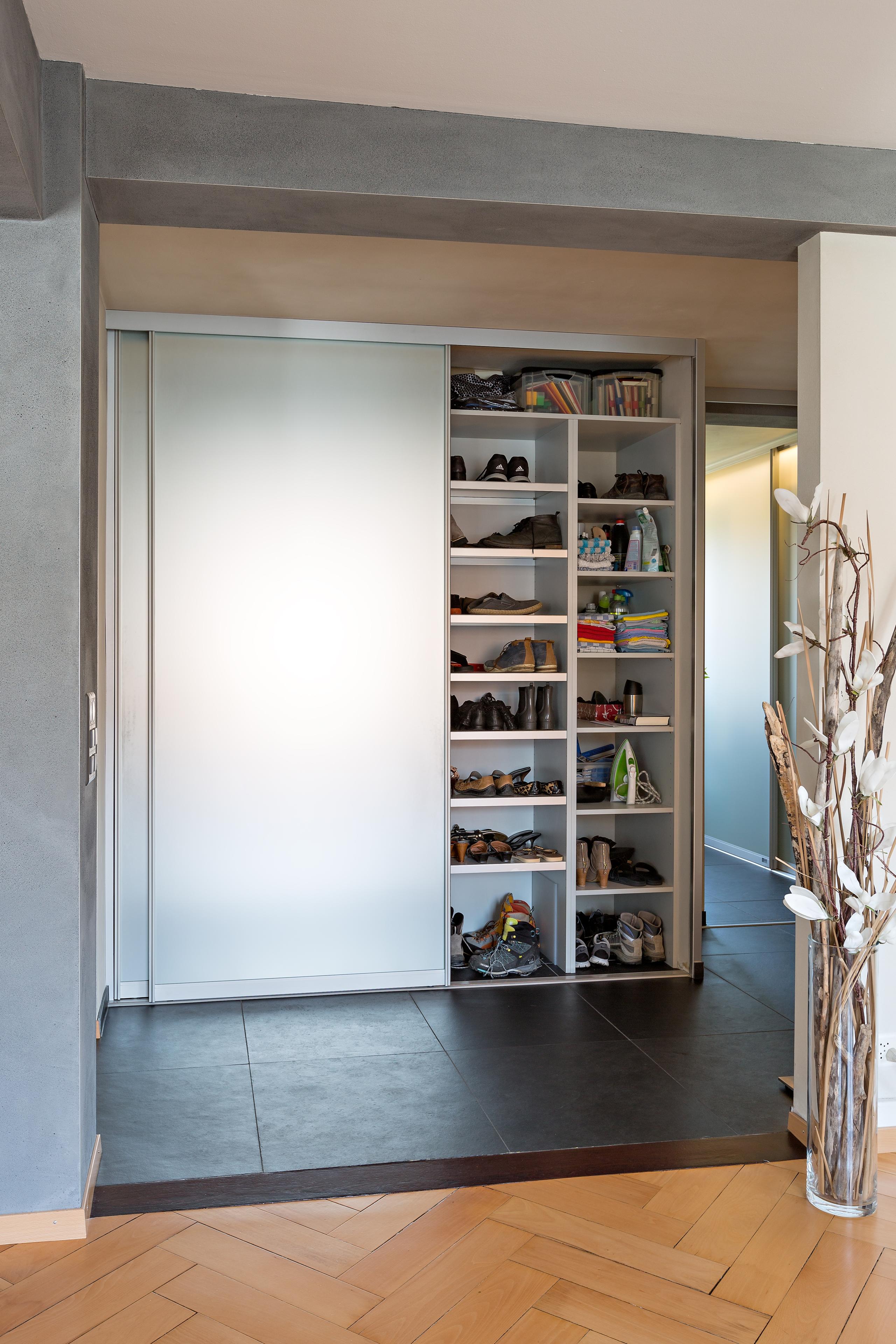 einbauschrank im durchgang auf zu. Black Bedroom Furniture Sets. Home Design Ideas
