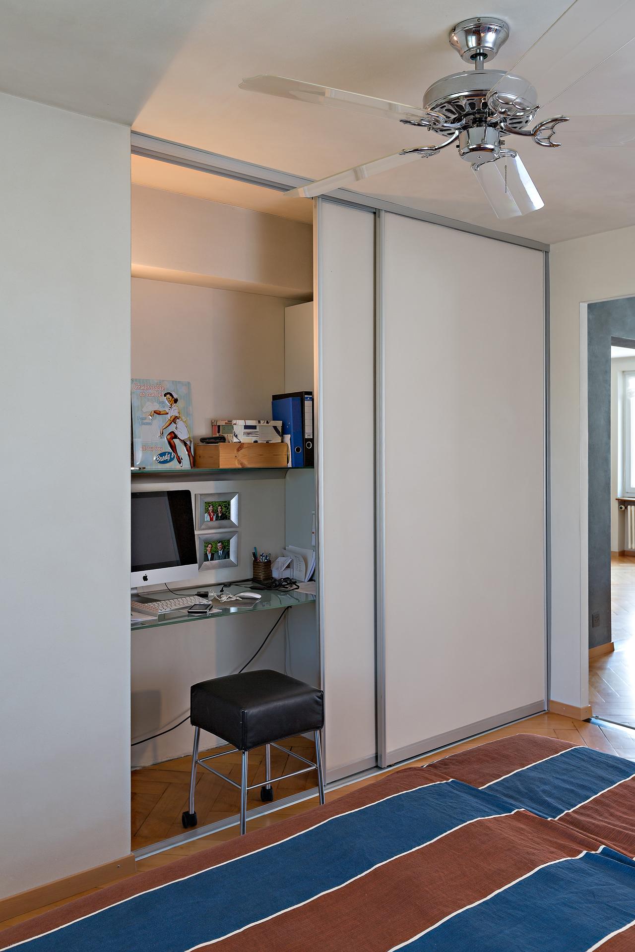 Schreibtisch im schrank verstecken for Schreibtisch vor heizung