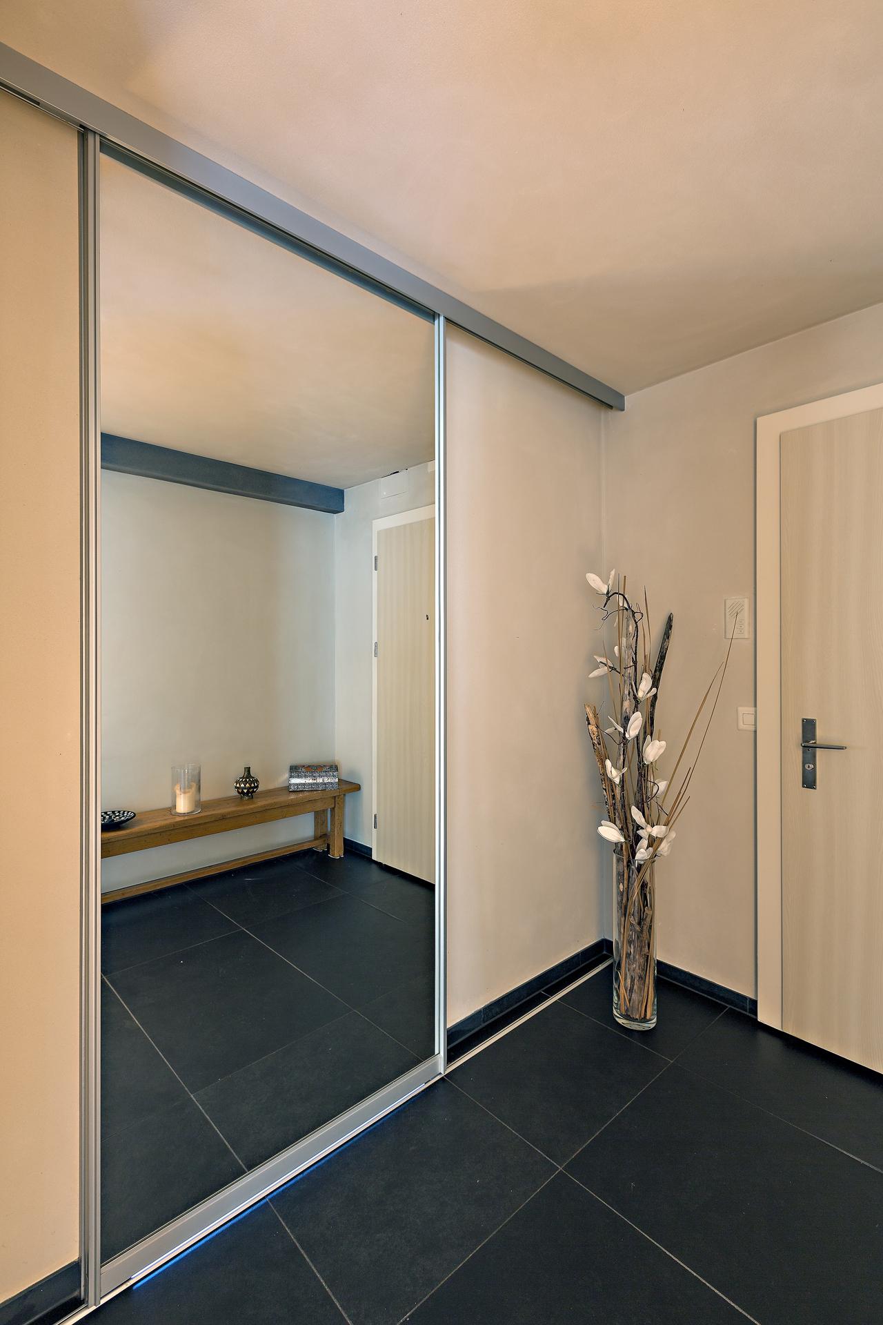 Der übergrosse Spiegel Verbirgt Den Eingang Ins Bad   Ausgeführt Als  Bewegliche Schiebetür