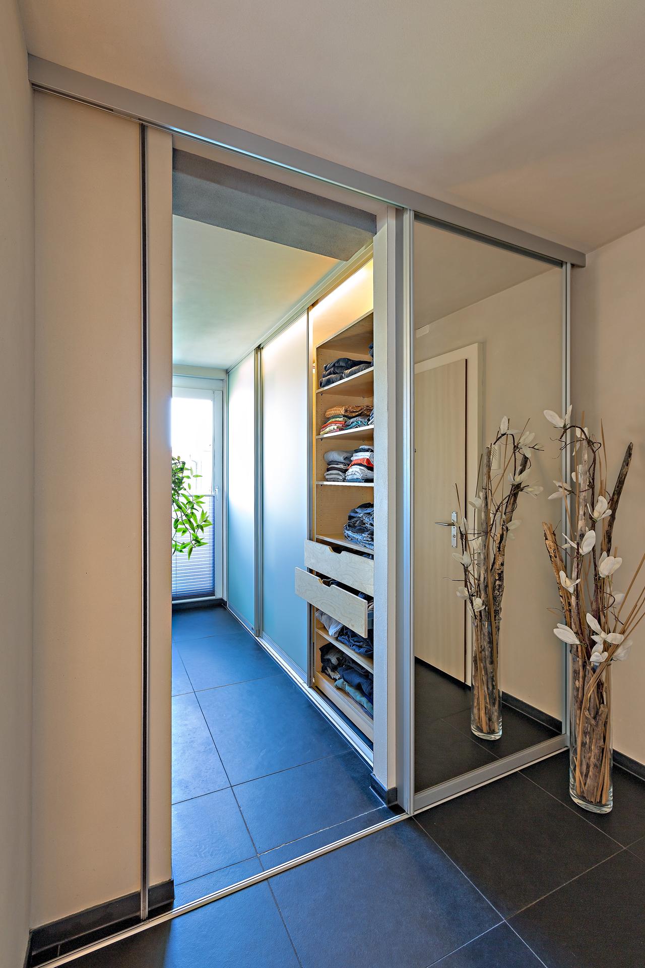 schiebet re in grossfl chigem spiegel als eingang ins. Black Bedroom Furniture Sets. Home Design Ideas