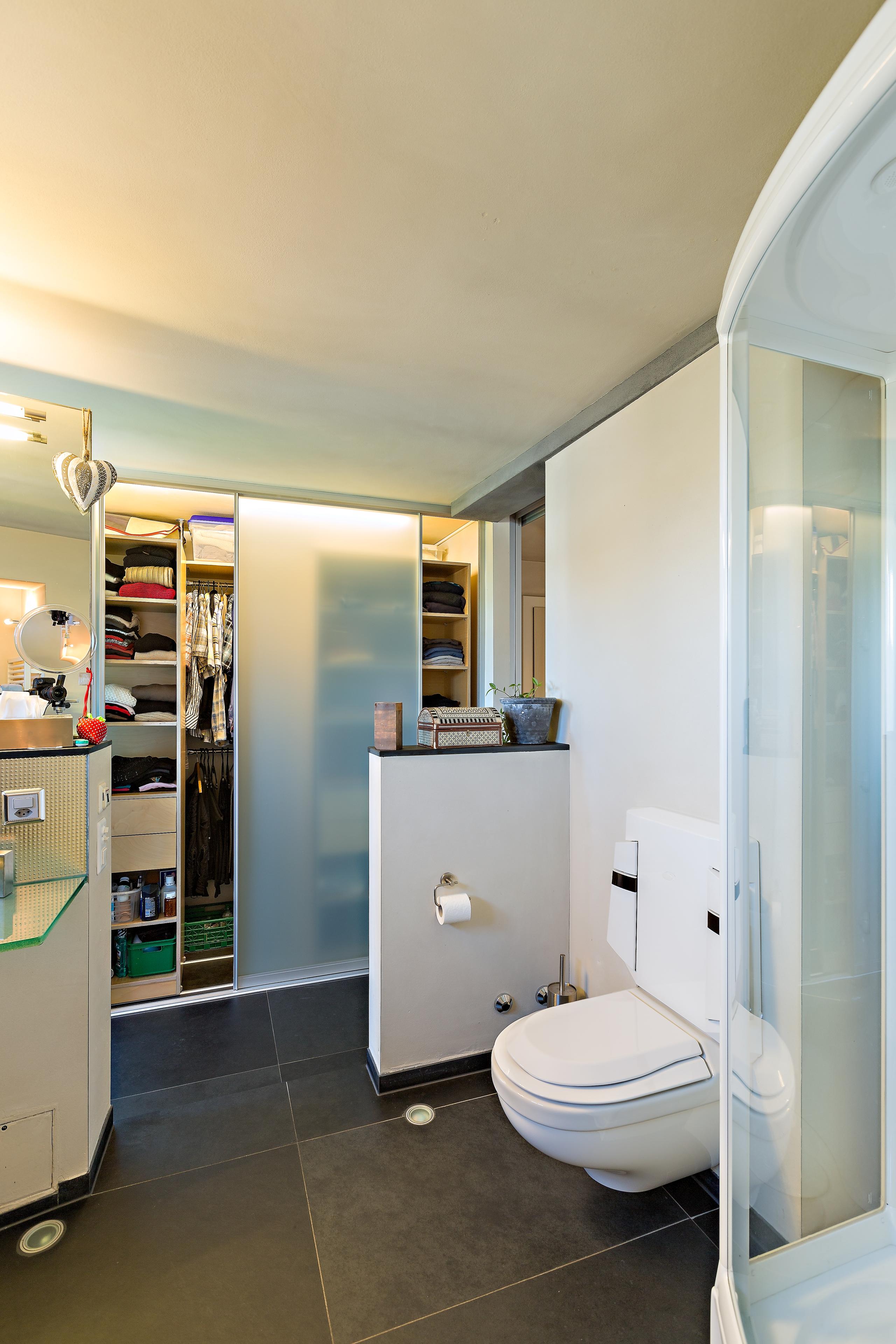 Unglaublich Schrank Für Bad Dekoration Von Ein Doppelt Tiefer Kleiderschrank Im Badezimmer
