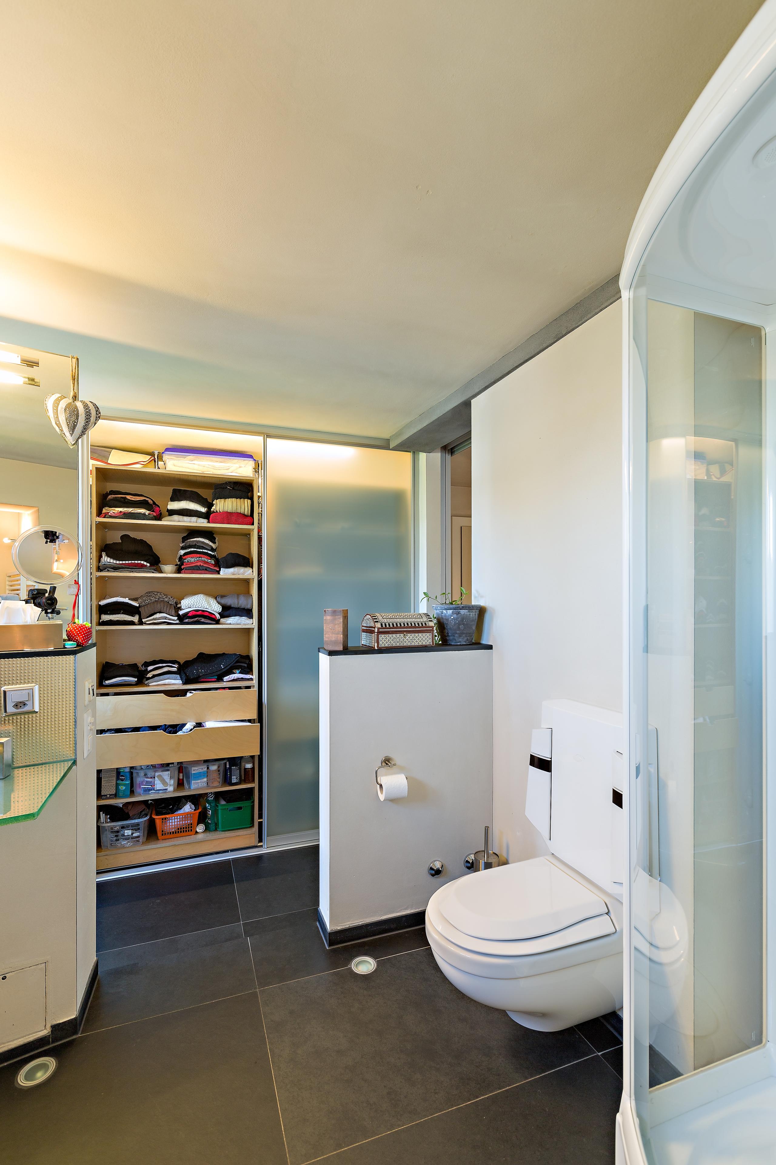 schiebet renschrank im bad in doppelter tiefe auf zu. Black Bedroom Furniture Sets. Home Design Ideas