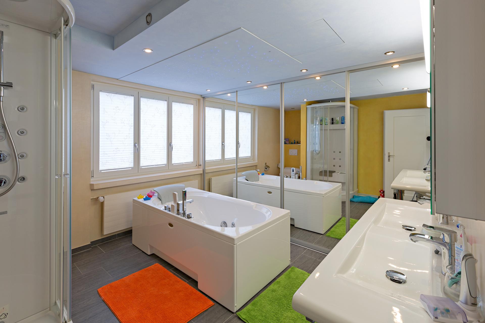schiebet rschrank kompett in spiegel mit alurahmenprofil als eingang in das bad auf zu. Black Bedroom Furniture Sets. Home Design Ideas