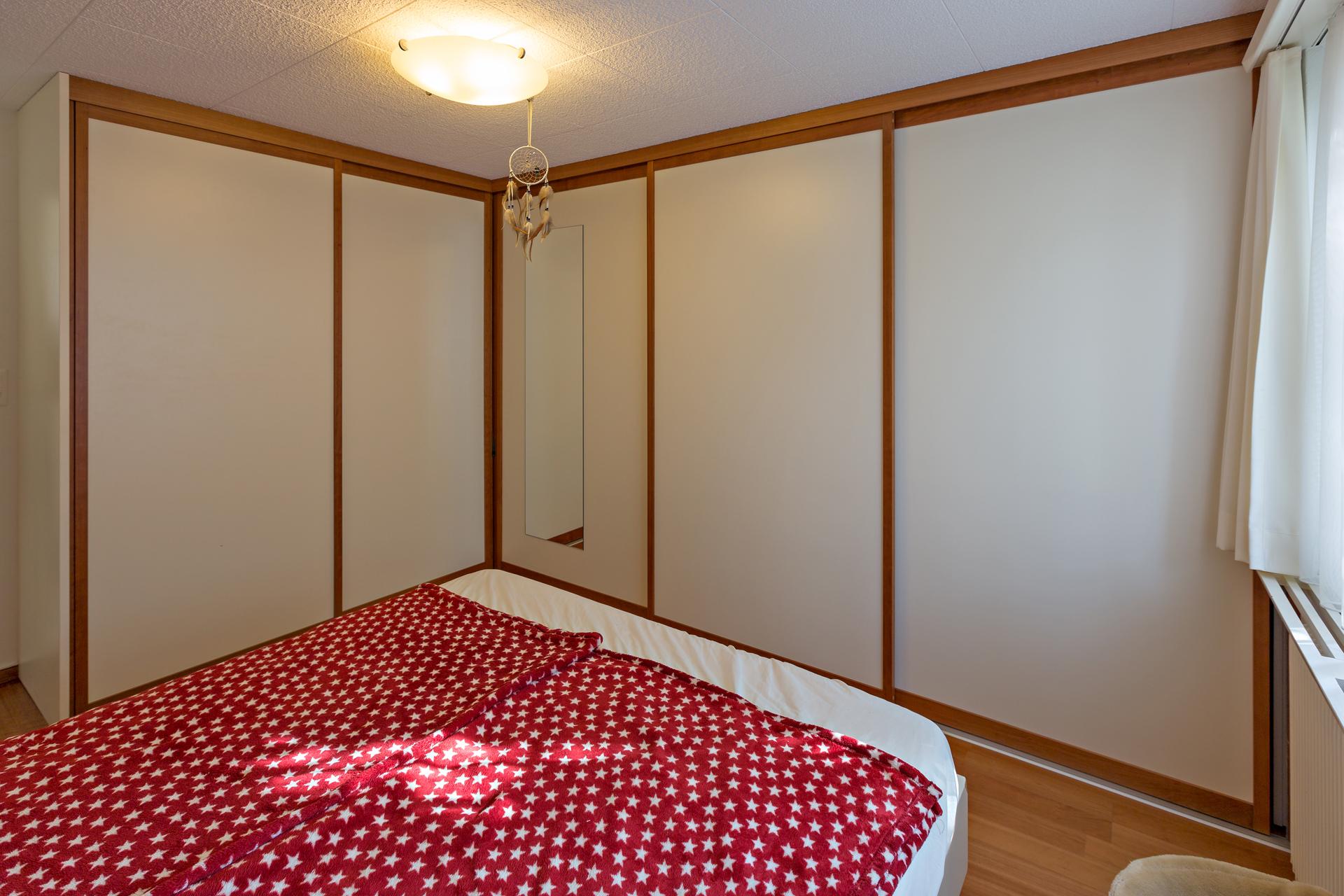 einbaueckschrank mit holzrahment ren im schlafzimmer auf zu. Black Bedroom Furniture Sets. Home Design Ideas