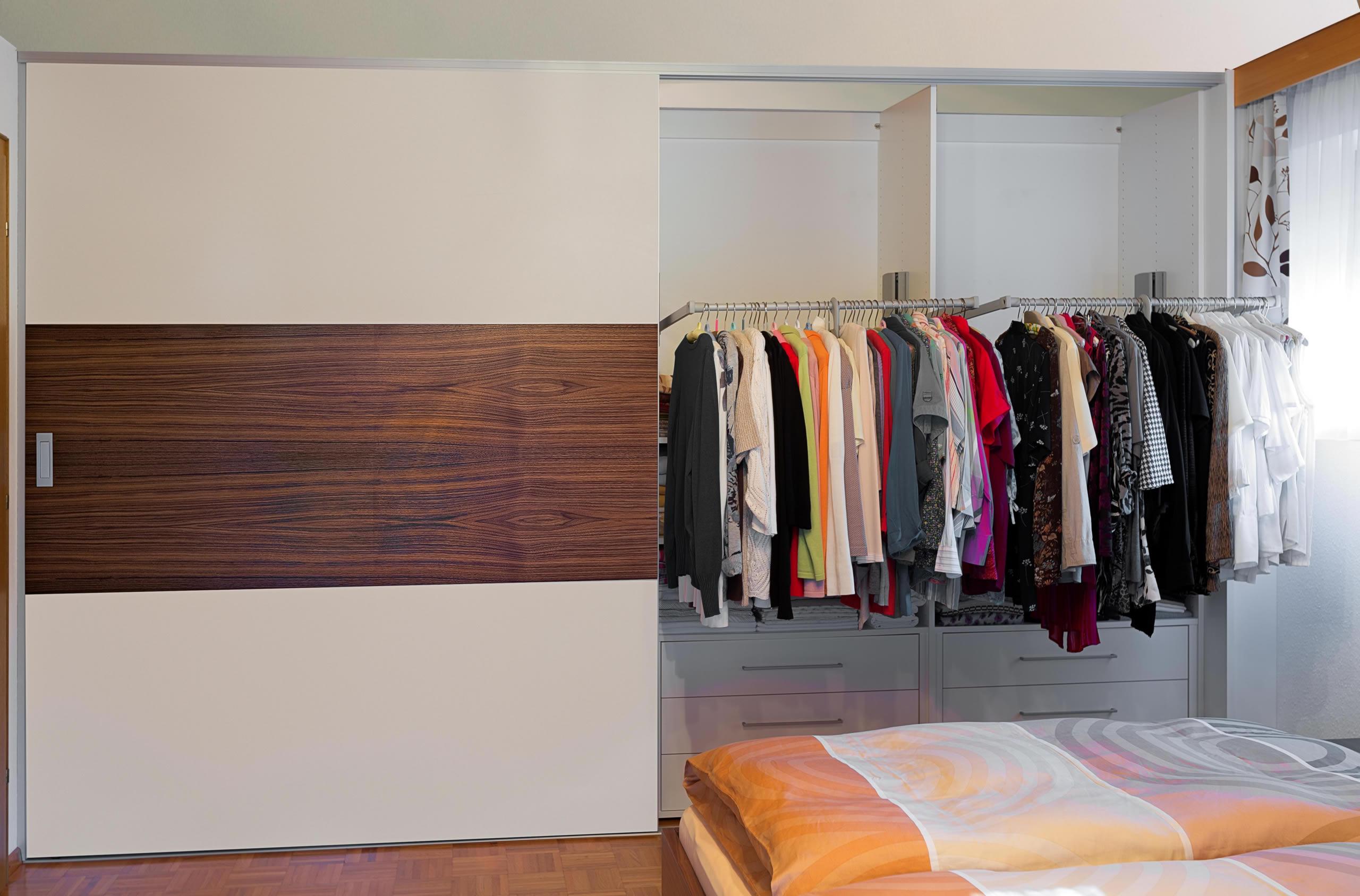 einbauschrank mit berbreiten schiebet ren im materialwechsel dunkles holz und helles dekor auf zu. Black Bedroom Furniture Sets. Home Design Ideas