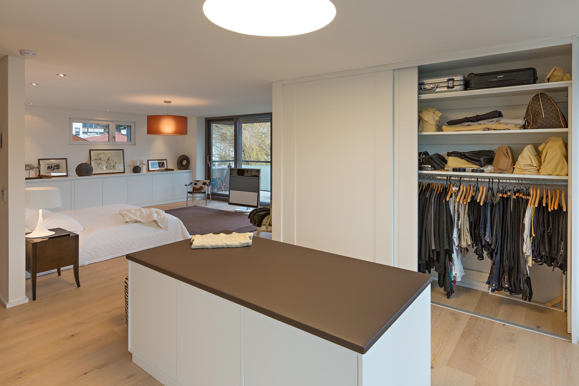 schrankzimmer mit aussicht ins gr ne auf zu. Black Bedroom Furniture Sets. Home Design Ideas