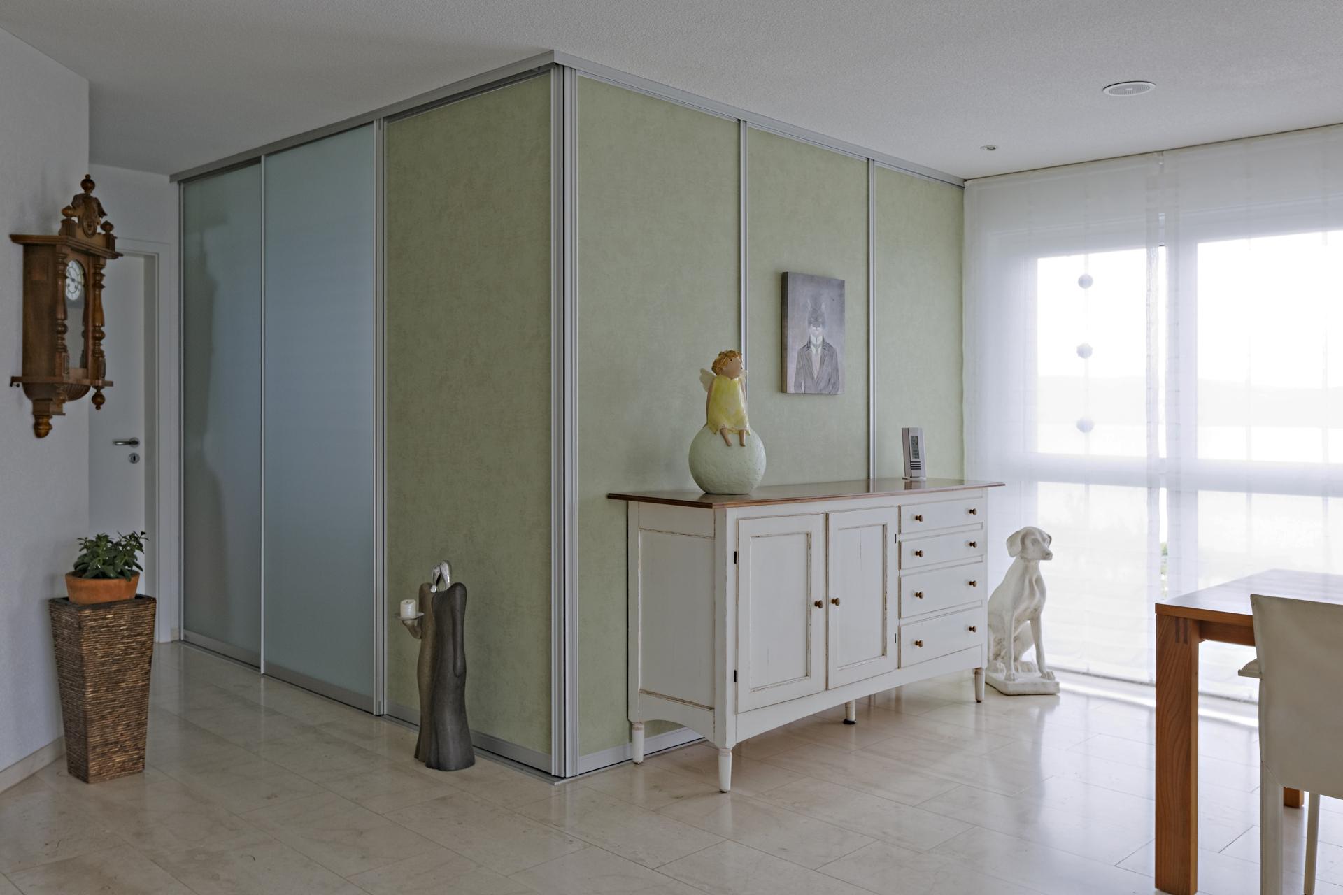 Kubus als begehbare Ankleide mit Tapete und Glas | AUF&ZU
