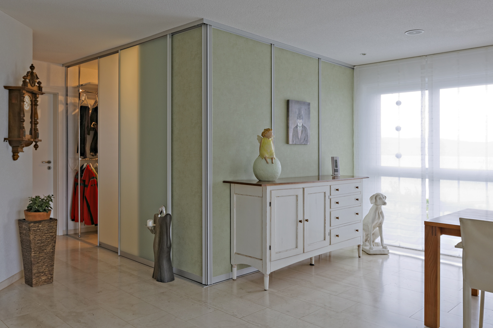 kubus als begehbare ankleide mit tapete und glas auf zu. Black Bedroom Furniture Sets. Home Design Ideas