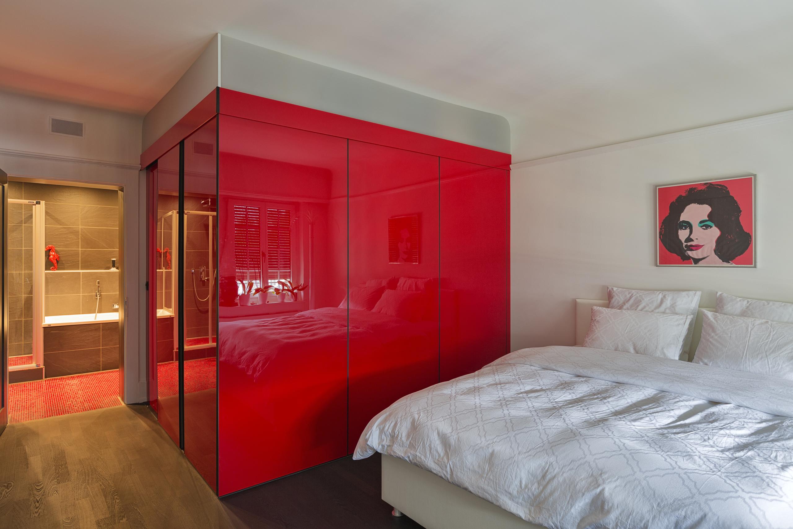 kubus als ankleide mit einer schiebet re als eingang in hochrotem acrylglas auf zu. Black Bedroom Furniture Sets. Home Design Ideas