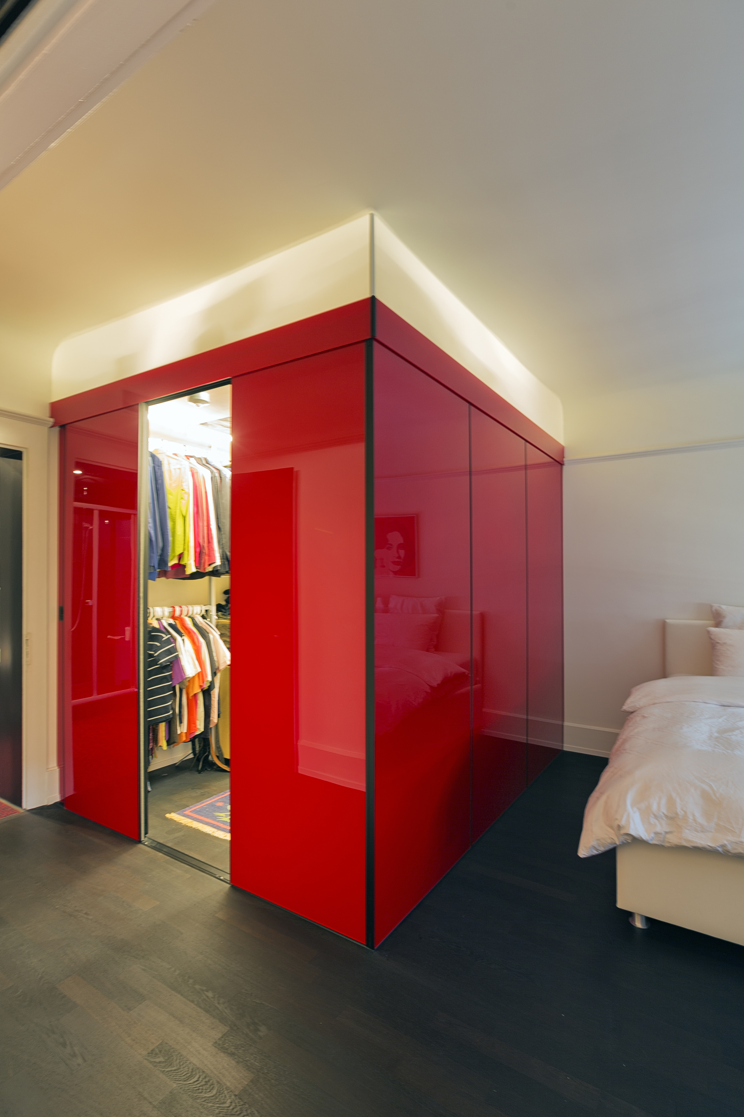 schrank ber eck als begehbare ankleide in hochrotem acrylglas mit oberlicht auf zu. Black Bedroom Furniture Sets. Home Design Ideas