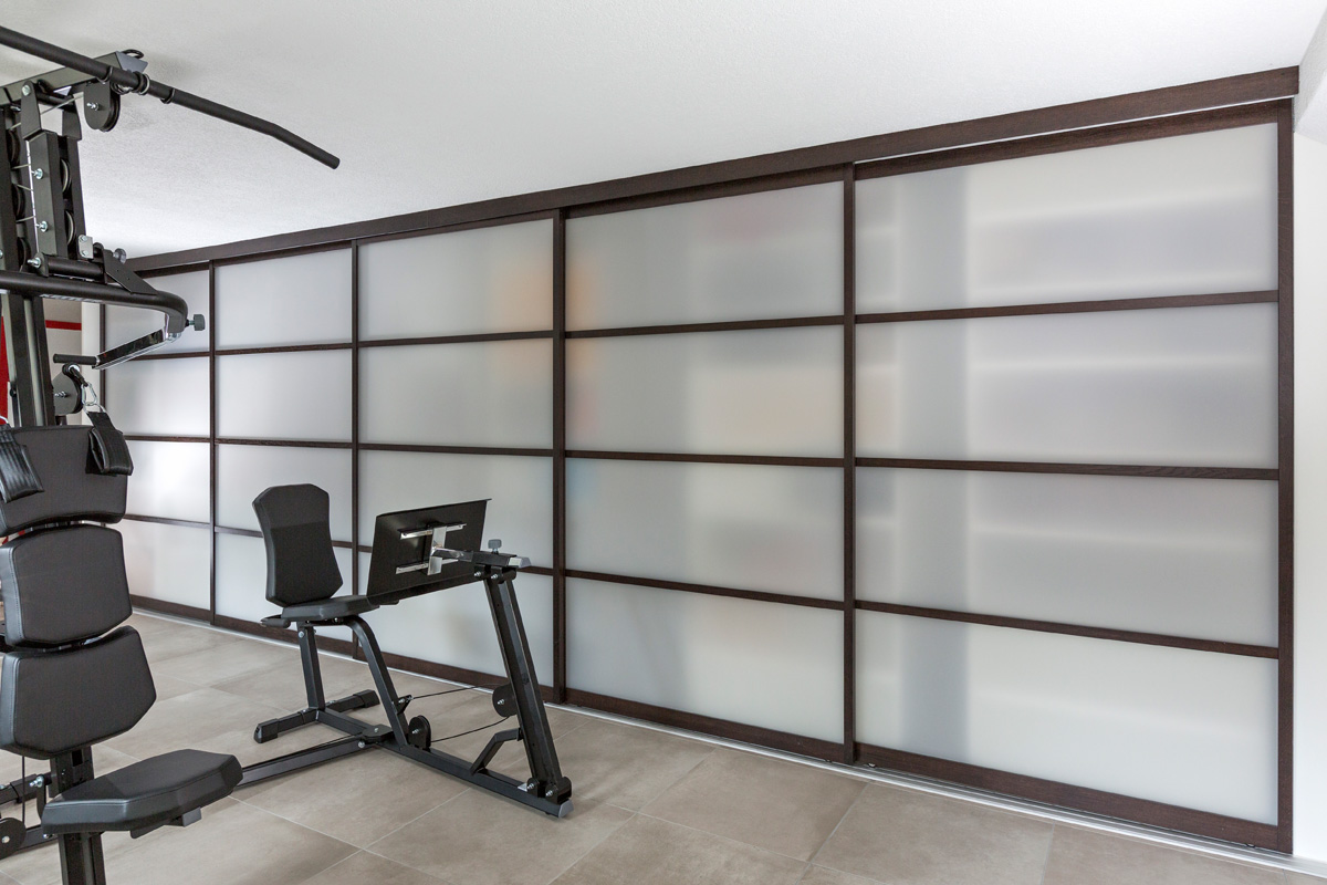 f nft riger schiebet renschrank mit holzrahment ren in nussholz und acryl doppelt tief mit. Black Bedroom Furniture Sets. Home Design Ideas