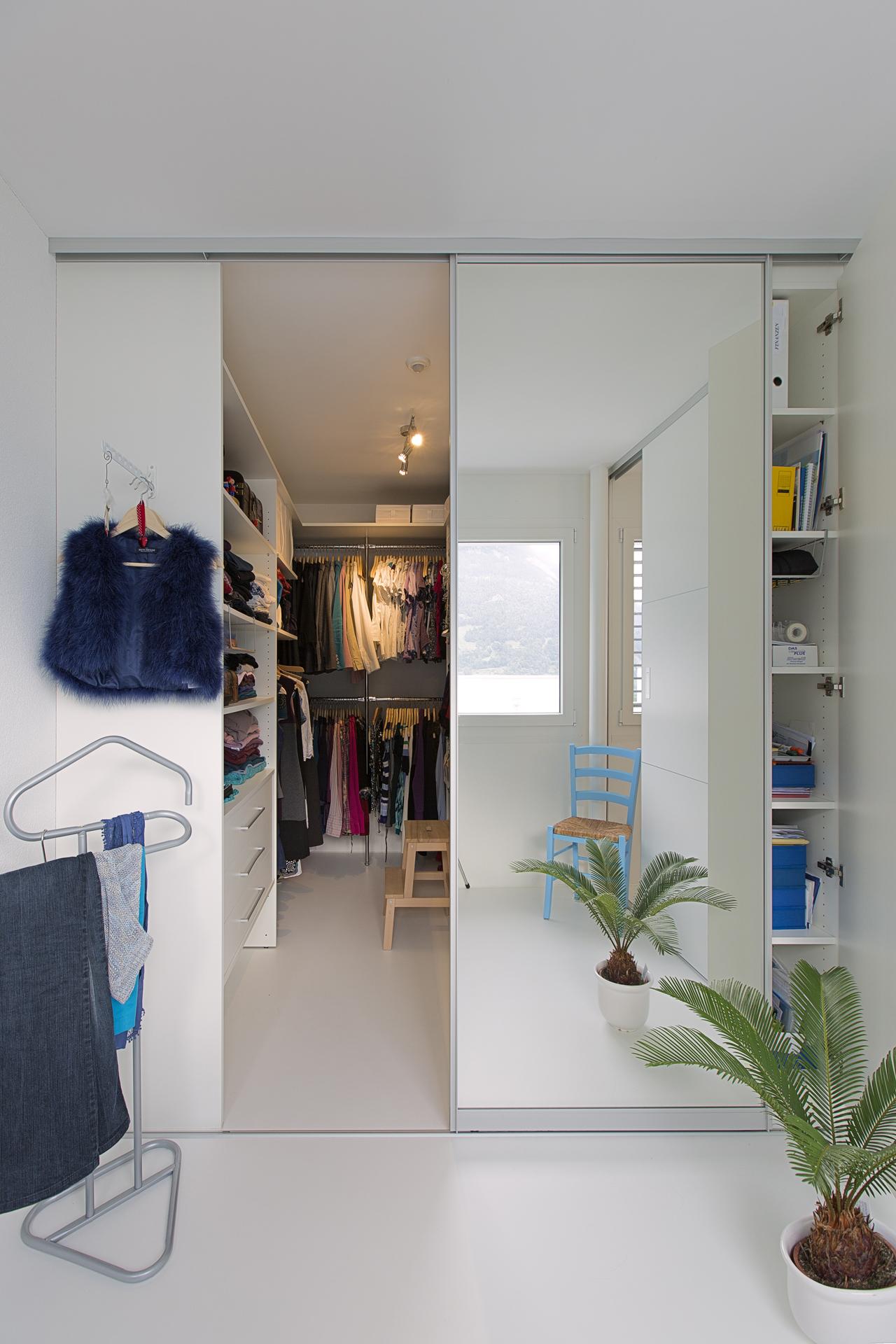 Eigenes Zimmer Für Ankleide Mit Spiegel Schiebetür Und Geschlossenem  Wandregal Mit Touch On Öffnung. «