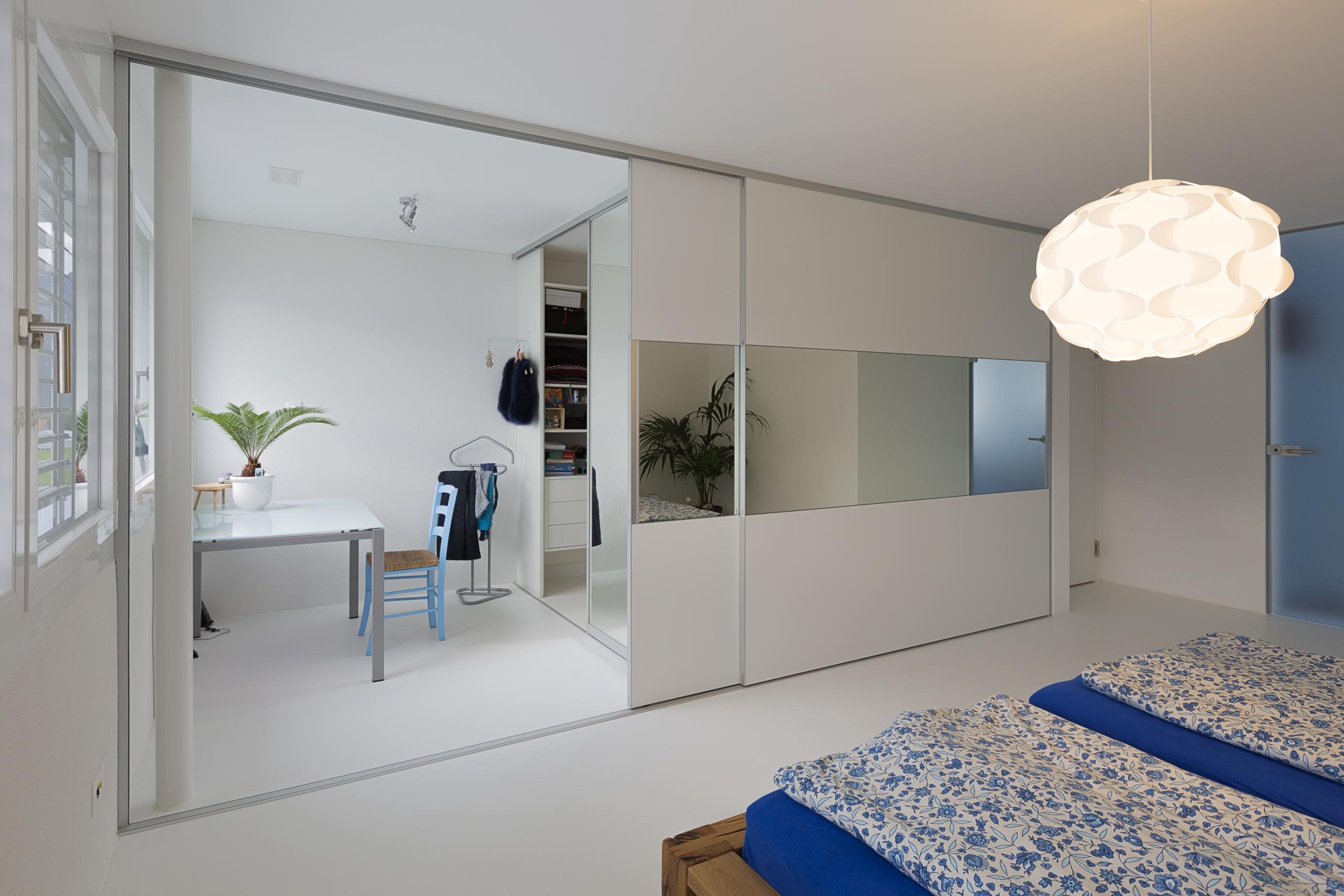 berbreite schiebet ren mit spiegelband als kleiderschrank und begehbare ankleide auf zu. Black Bedroom Furniture Sets. Home Design Ideas