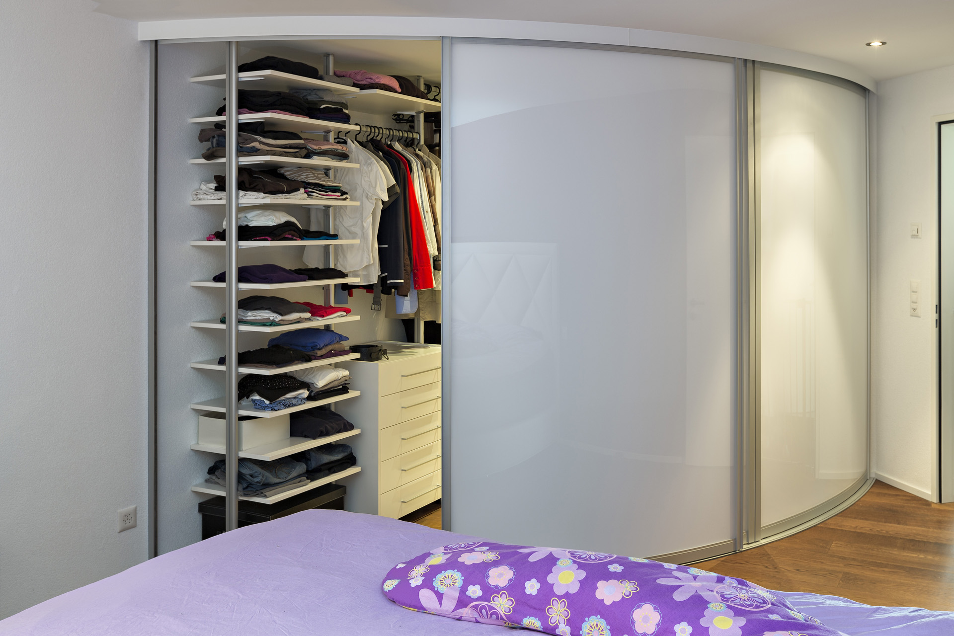 begehbarer eckschrank mit runden schiebet ren auf zu. Black Bedroom Furniture Sets. Home Design Ideas
