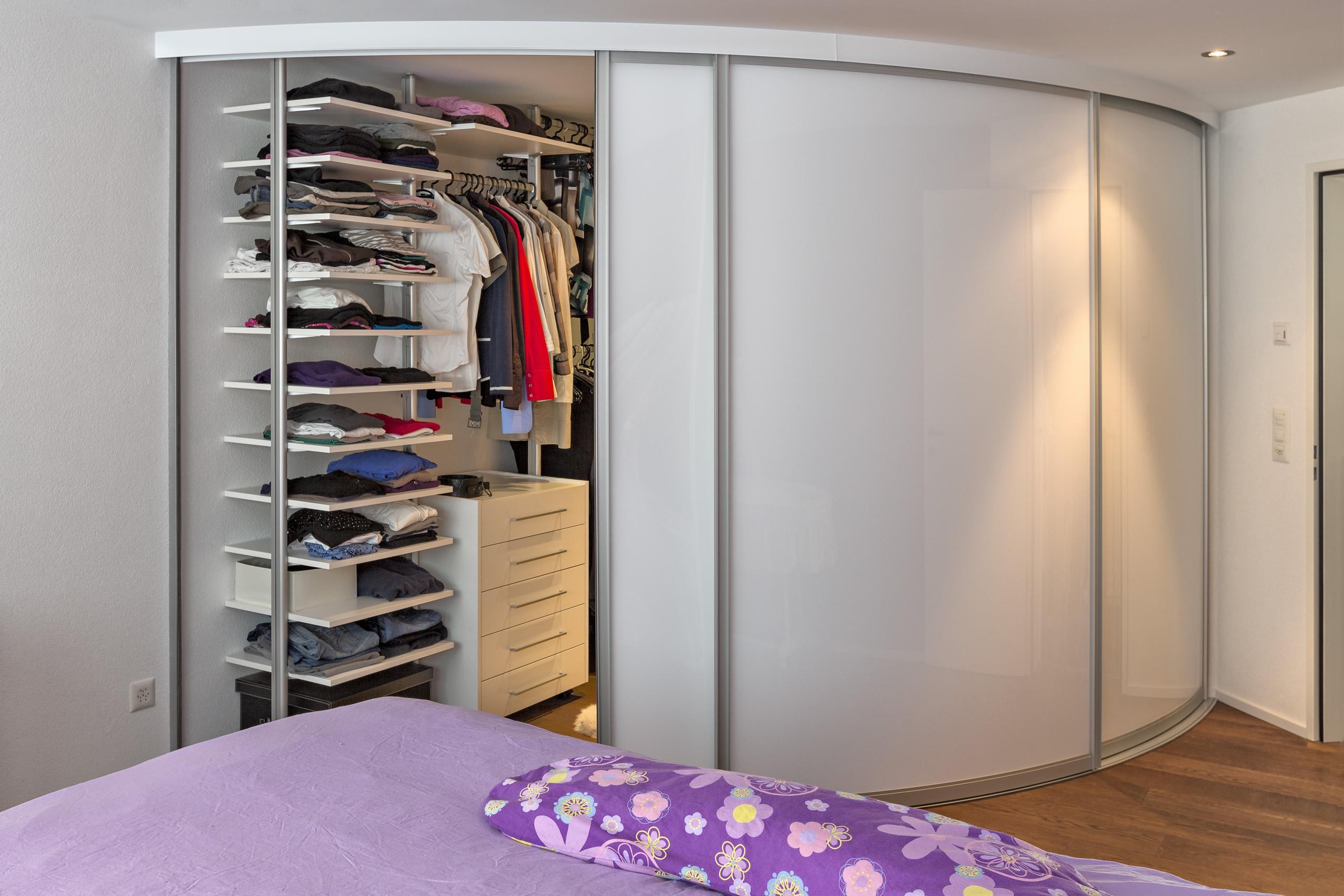 schrankraum ber eck mit rund gebogenen schiebet ren auf zu. Black Bedroom Furniture Sets. Home Design Ideas