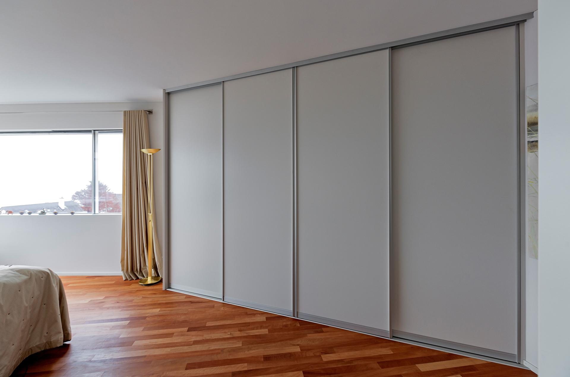 begehbarer schrank durch drehregale mit innenbeleuchtung auf zu. Black Bedroom Furniture Sets. Home Design Ideas