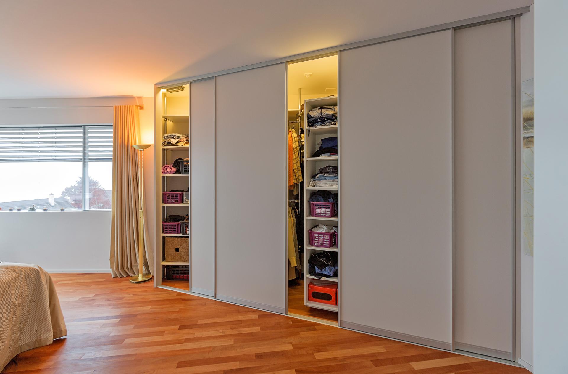 charmant raumhoher kleiderschrank zeitgen ssisch die. Black Bedroom Furniture Sets. Home Design Ideas
