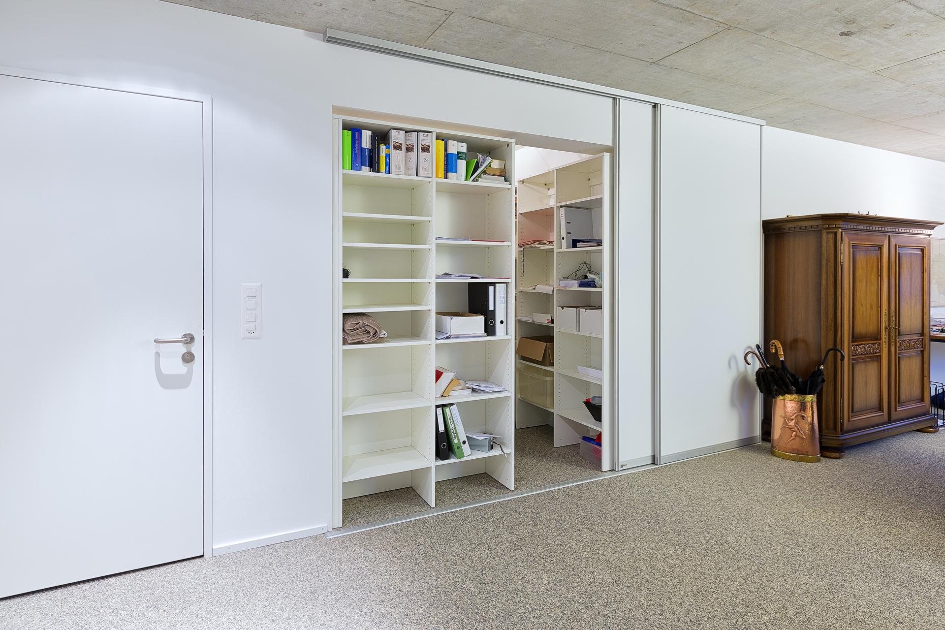 vor die wand gesetzte schiebewand als raumteiler auf zu. Black Bedroom Furniture Sets. Home Design Ideas