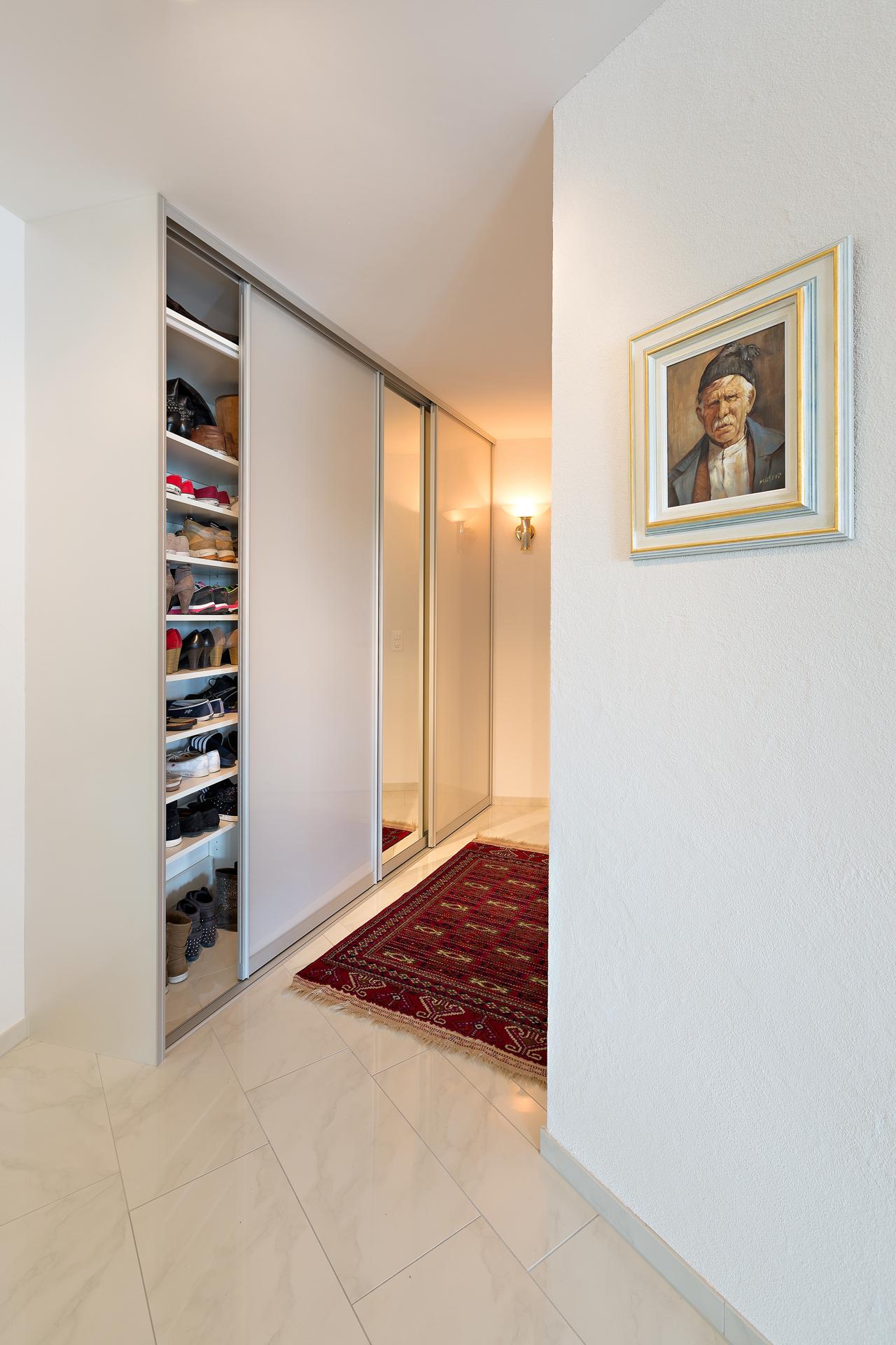 einbaugarderobe mit schiebe ren in spiegel und dekor silber weiss auf zu. Black Bedroom Furniture Sets. Home Design Ideas