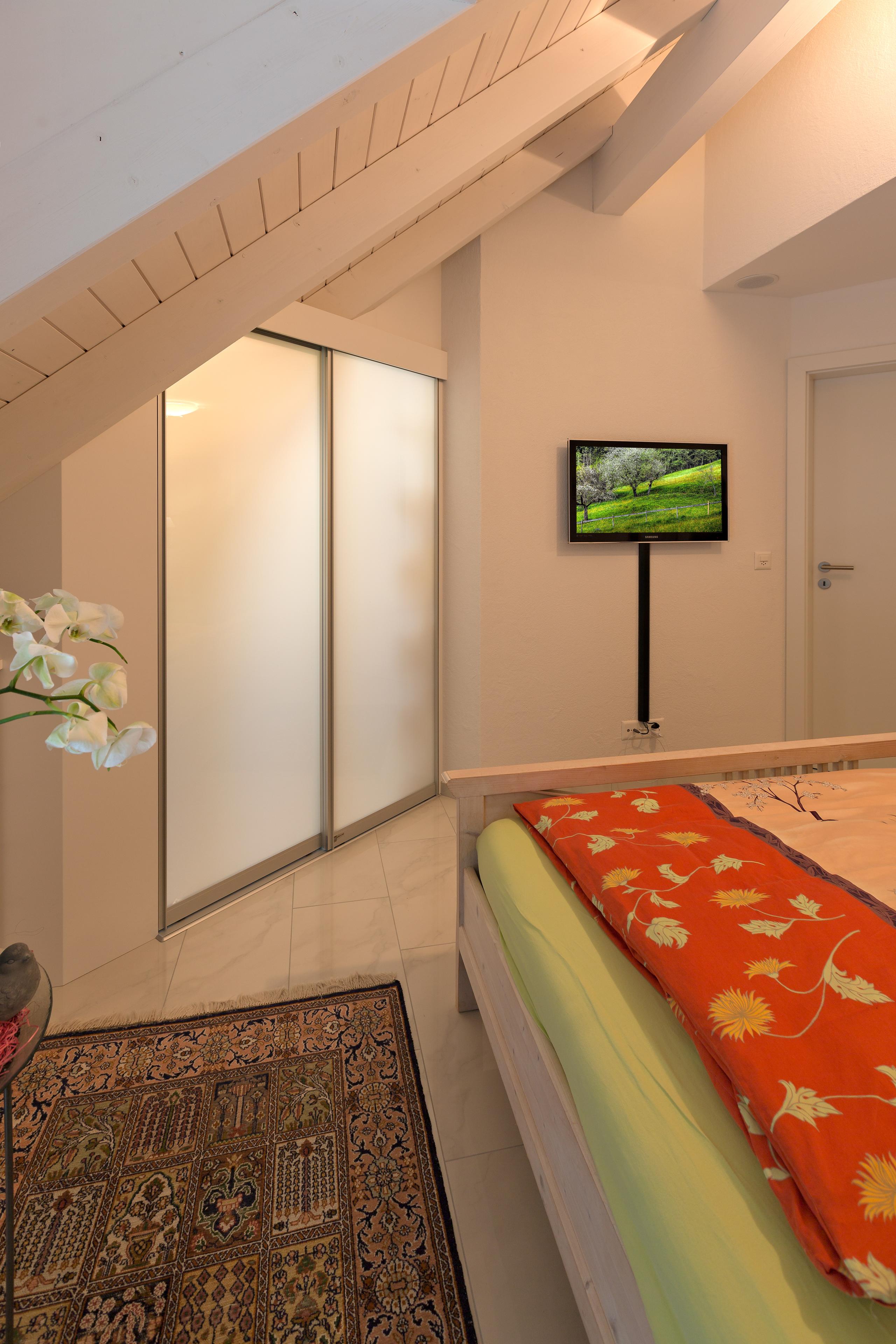 schrank in der dachschr ge nach mass zimmer unter der dachschr ge als begehbare ankleide. Black Bedroom Furniture Sets. Home Design Ideas